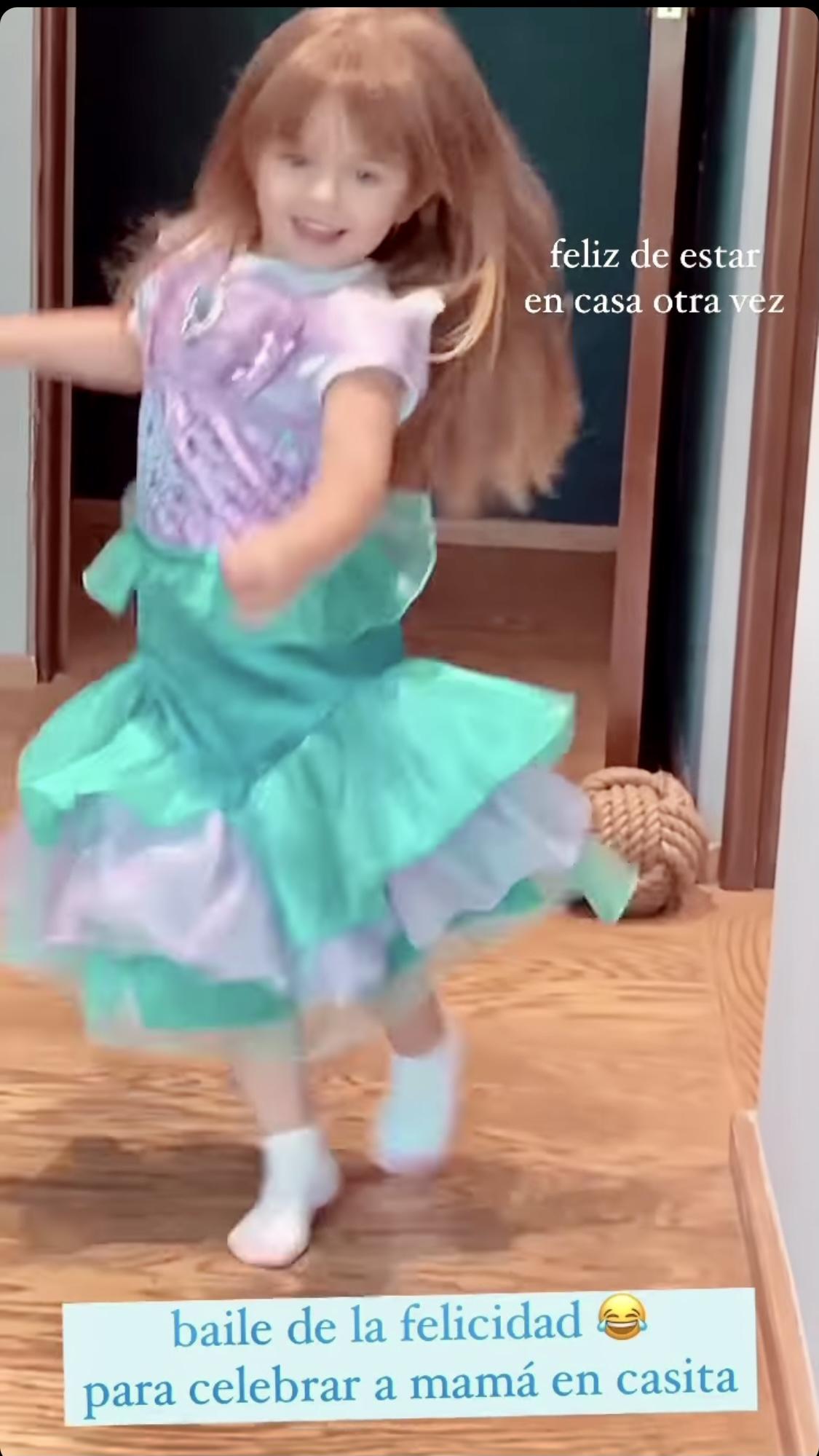 Aislinn Derbez Kailani bailando