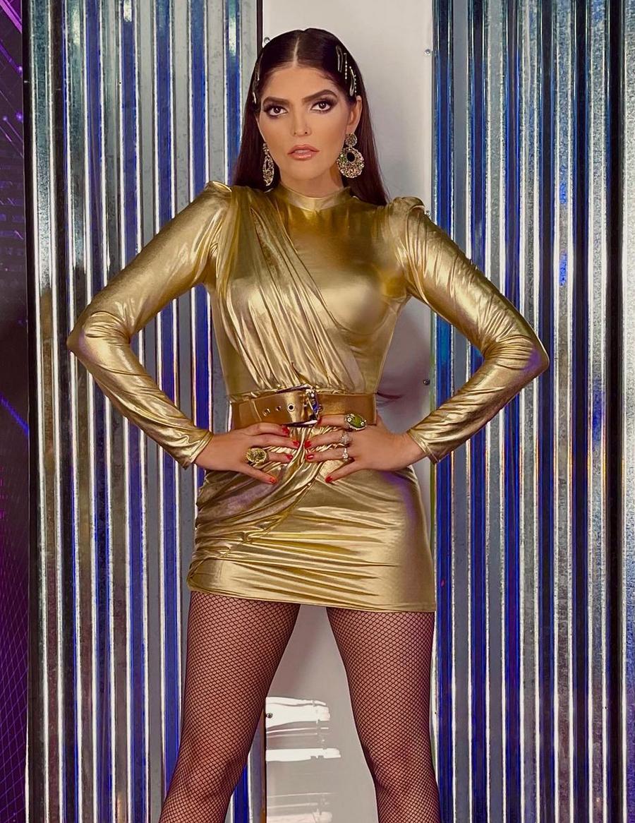 Ana Barbara, vestido dorado