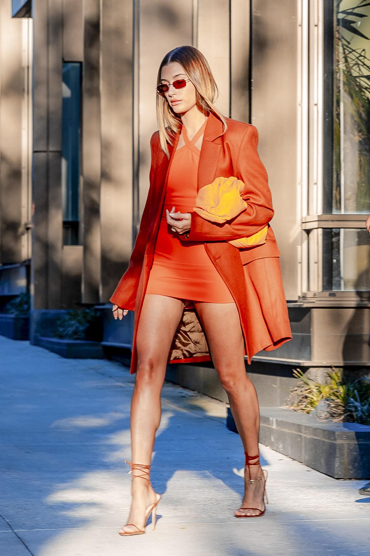 Hailey Bieber, look, vestido naranja