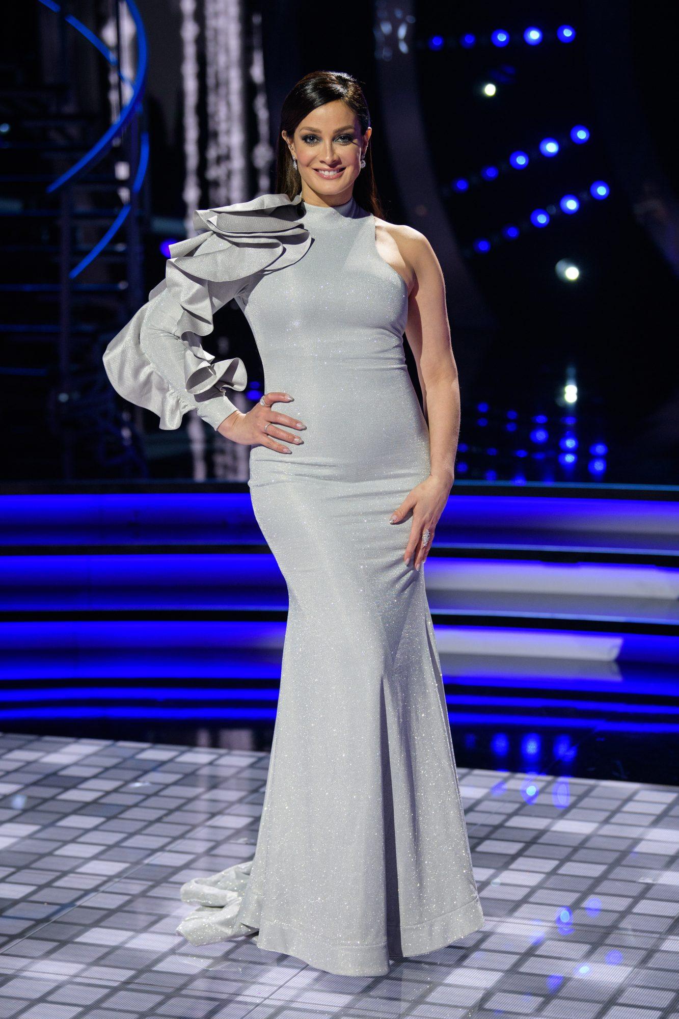 Con un look súper glam y en su papel de jueza de Mira Quién Baila All Stars (Univision) aquí en 2020 ¡el cabello largo regresaba!