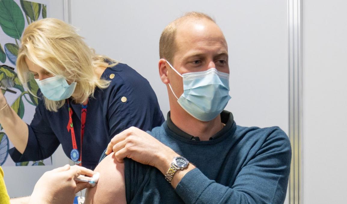 Principe William recibiendo vacuna covid-19