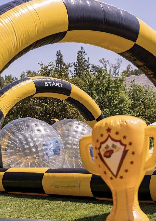 La fiesta temática de la construcción de Psalm contaba con una caja de arena llena de equipos de construcción en miniatura, grandes bolas de parachoques inflables para que los niños entraran y empujaran.