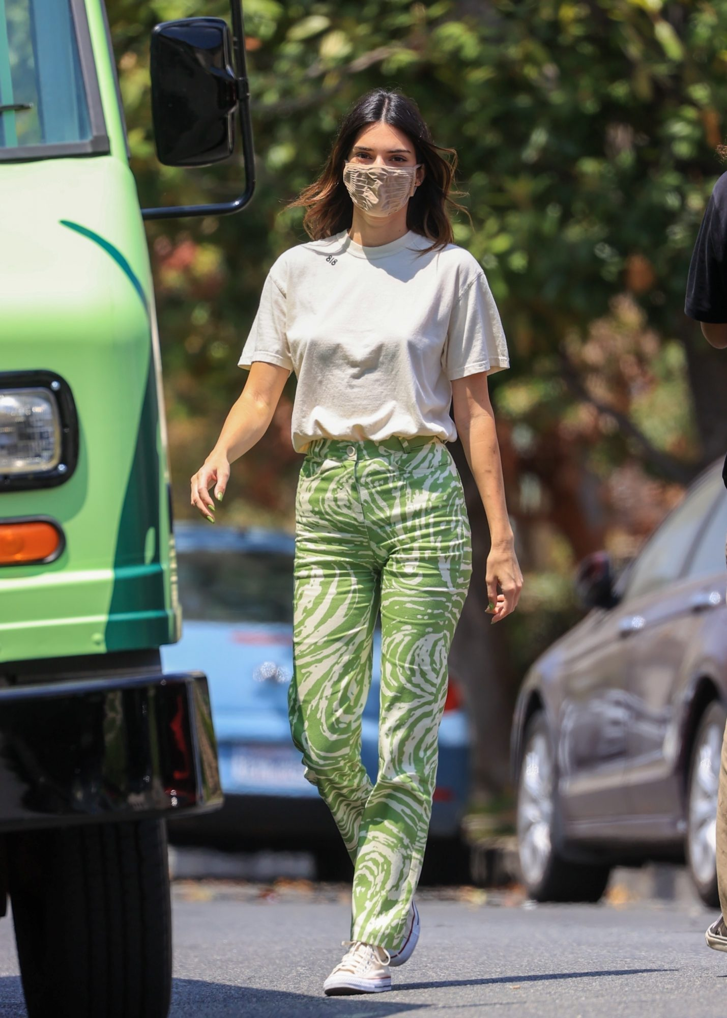 Kendall Jenner, pantalon verde con estampado animal, tequila 818
