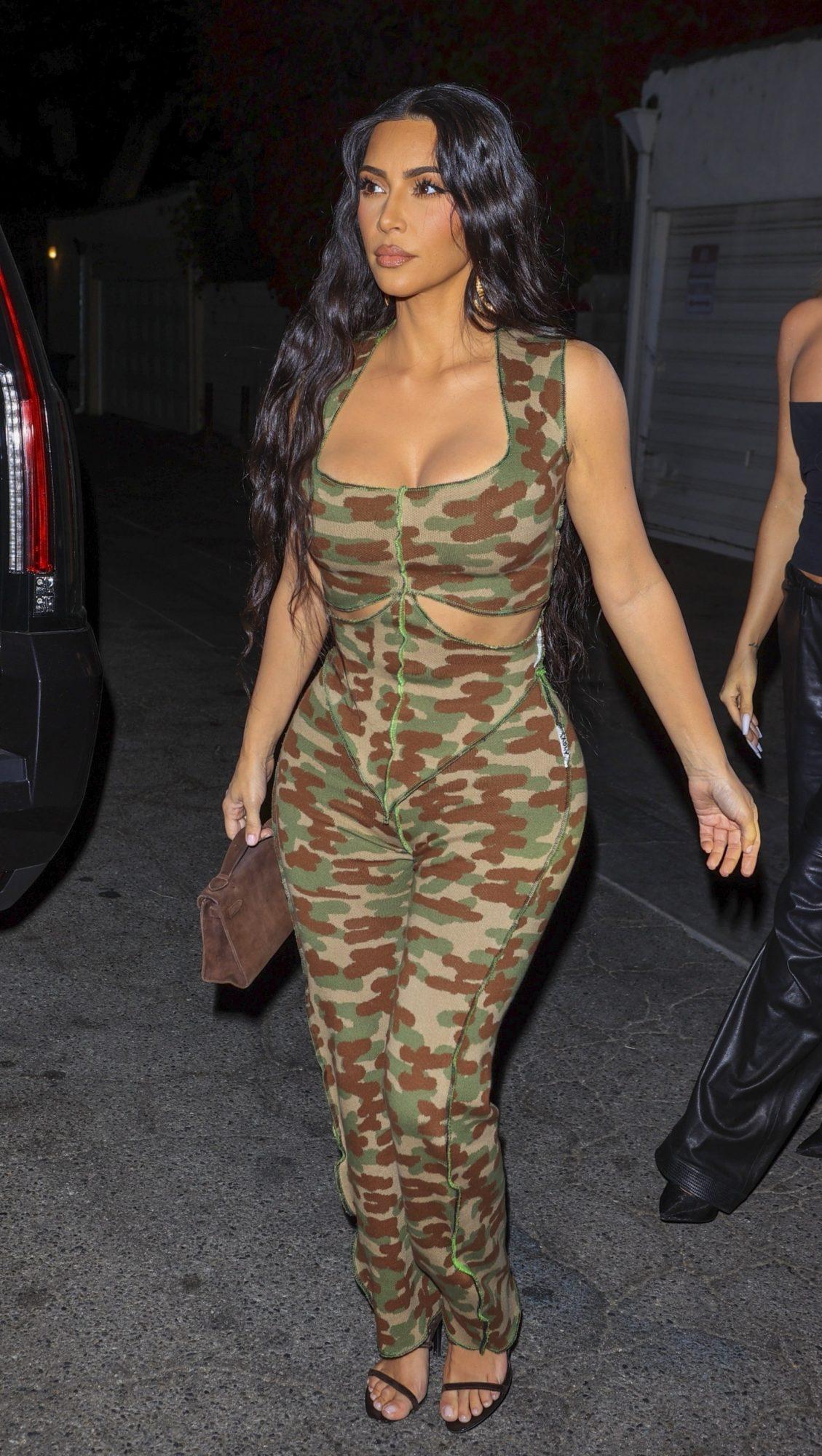 Kim Kardashian, jumpsuit con estampado militar