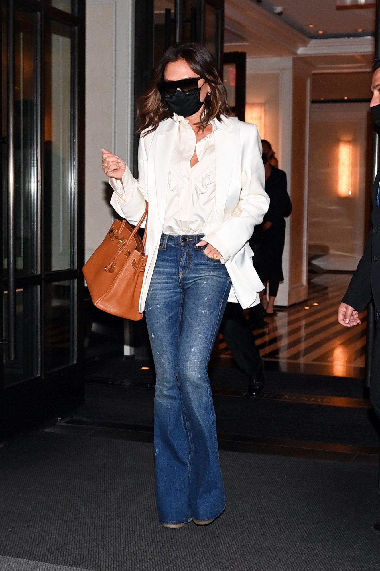 Victoria Beckham, look del dia, jeans, chaqueta blanca