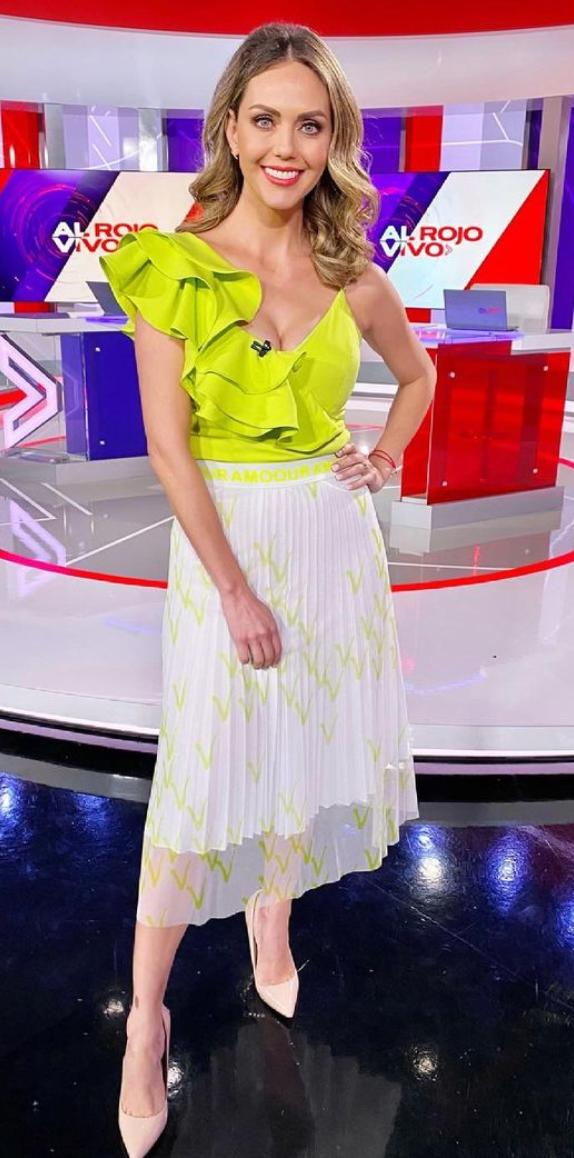 Jessica Carrillo, look del dia, falda plisada, top verde limon