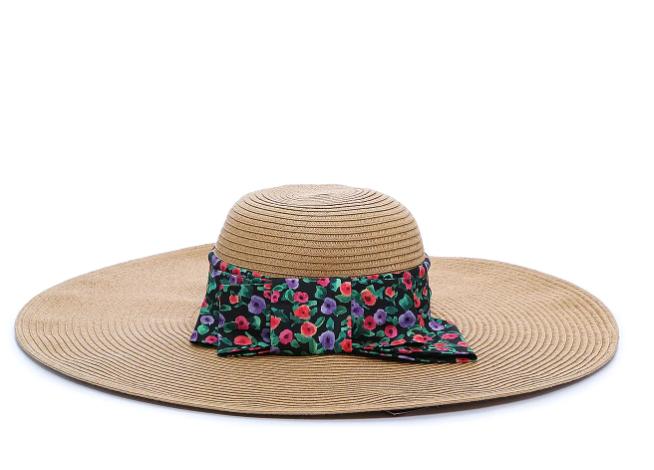 esenciales de verano, playa, sombrero, kelly and katie