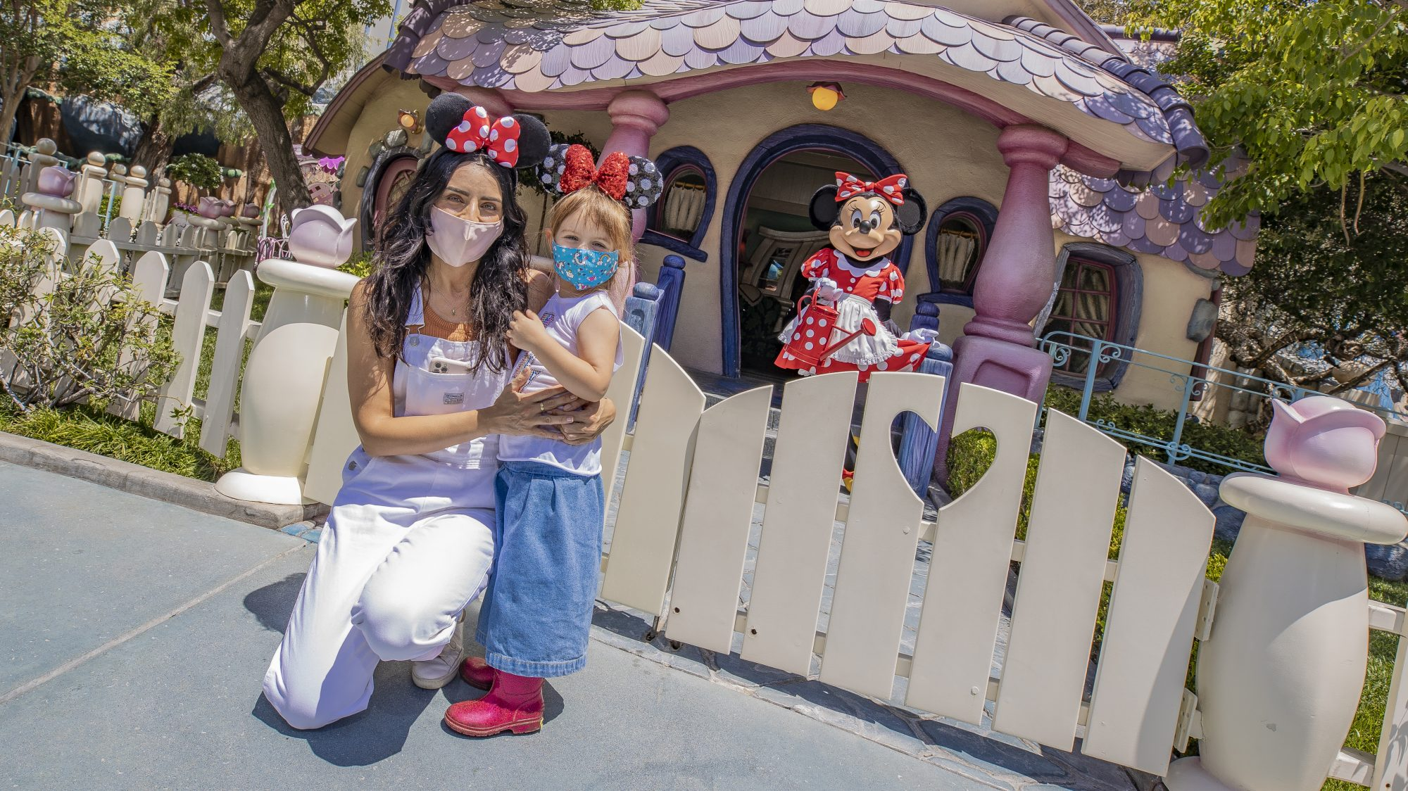 Aislinn Derbez junto a su hija en Disneyland Resort en Anaheim, CA