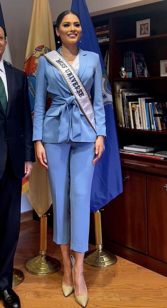 Andrea Meza, conjunto azul, consulado mexicano