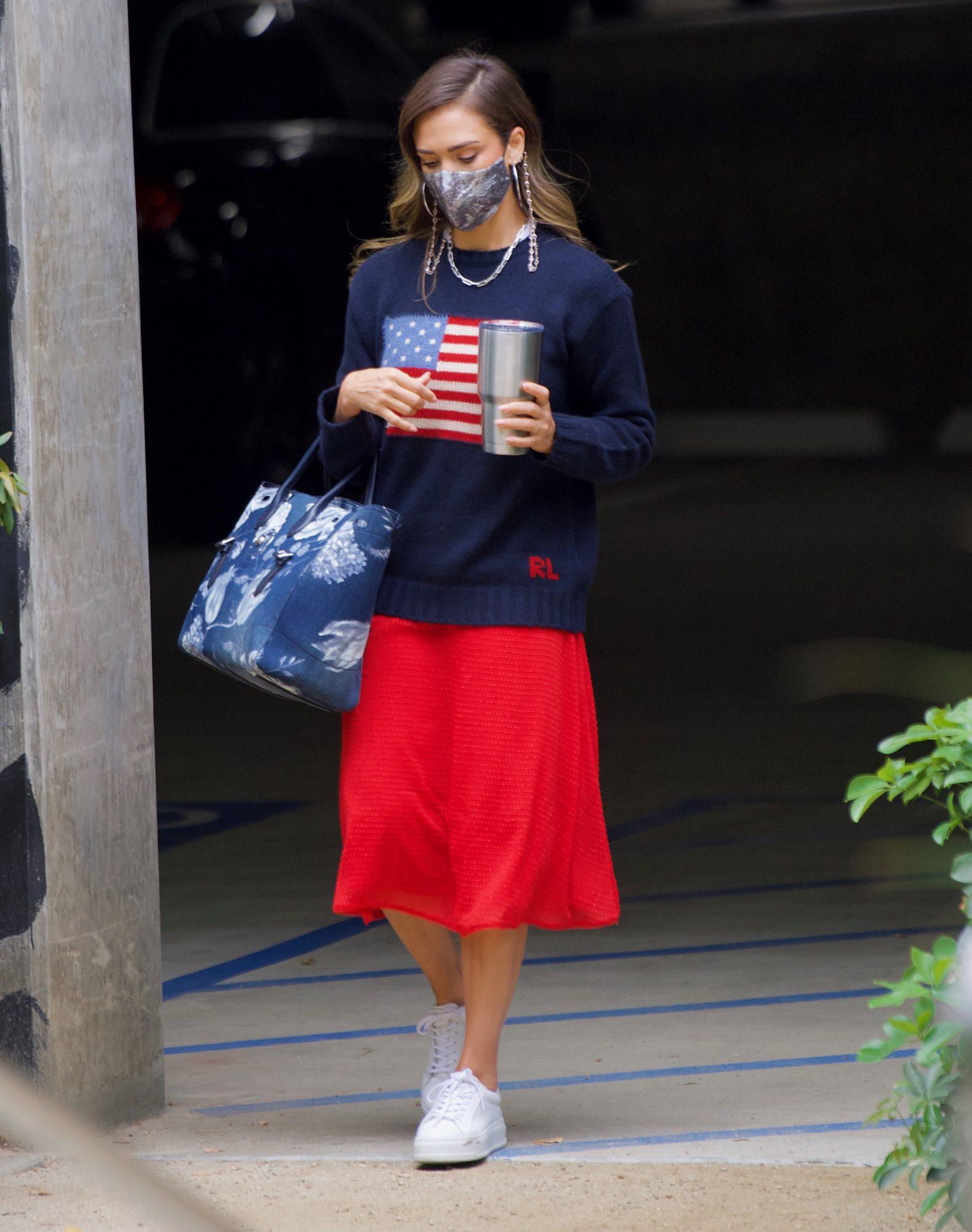 Jessica Alba, look patriotico, falda rojo, sueter azul marino con bandera americana