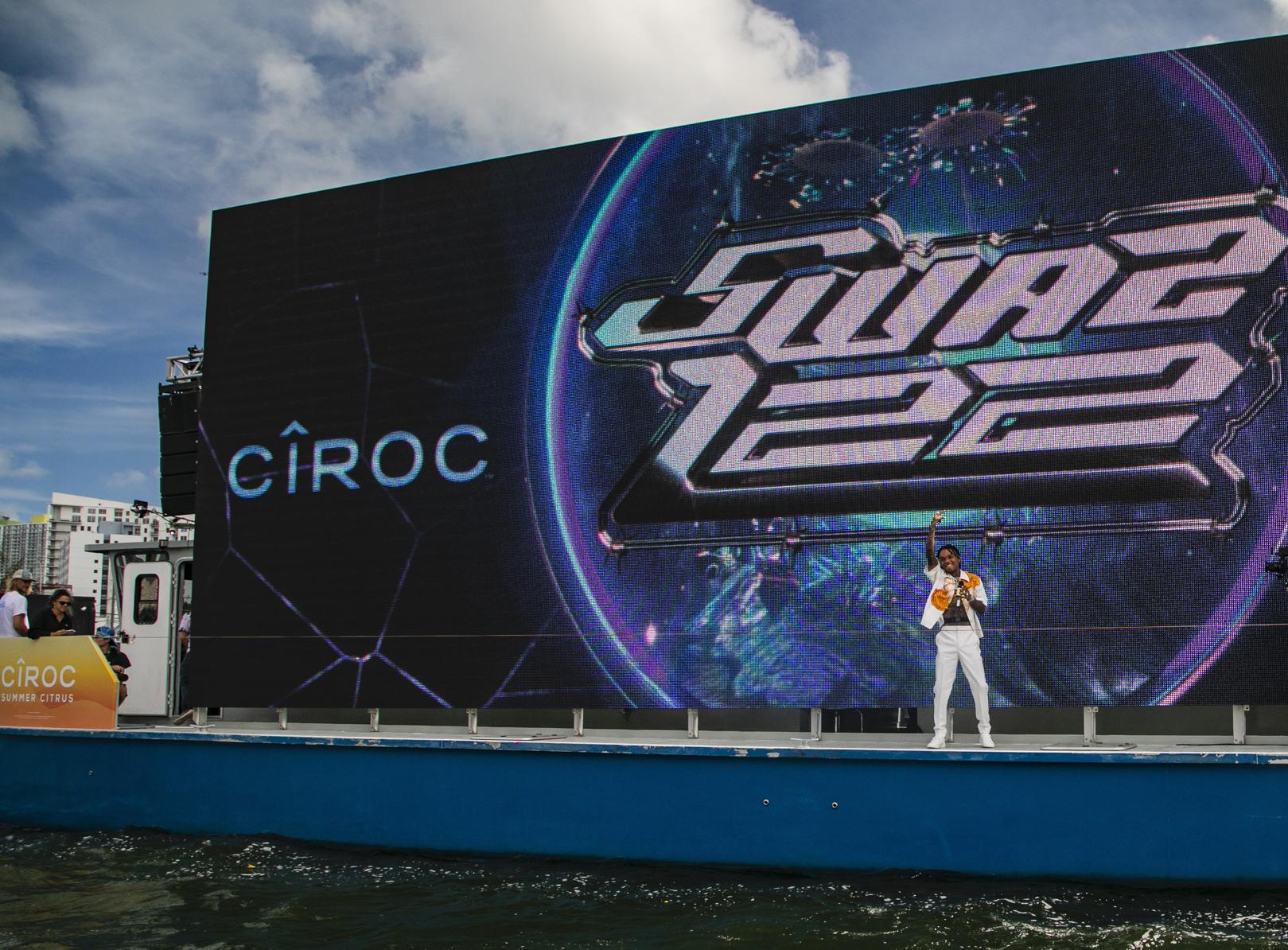 Diamante Swae Lee arrasó durante su presentación en vivo sobre un yate, en Miami. Durante el evento CÎROC Sounds of Summer, el cantante interpretó algunos de su temas más populares del verano para traer la buena vibra a la playa y dar inicio a sus celebraciones de cumpleaños.