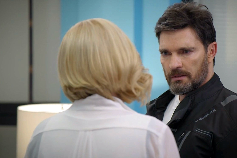 """Julián Gil, Eva Cedeño, Mane de la Parra y más en una escena de la telenovela """"Que Le Pasa A Mi Familia"""