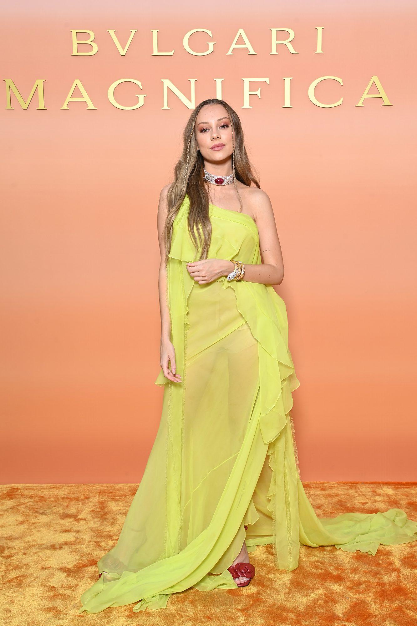 Ester Exposito, vestido amarillo, Italia
