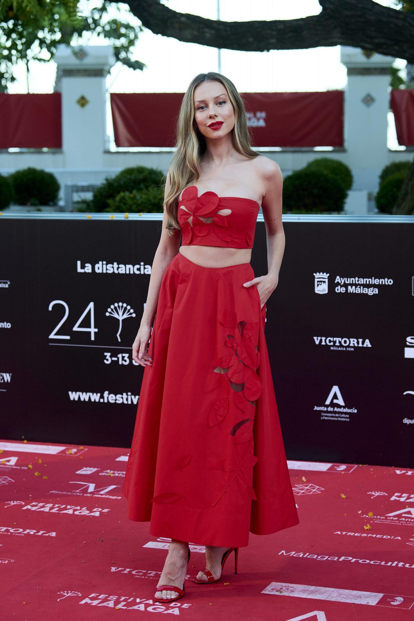 Ester Exposito, conjunto rojo, italia