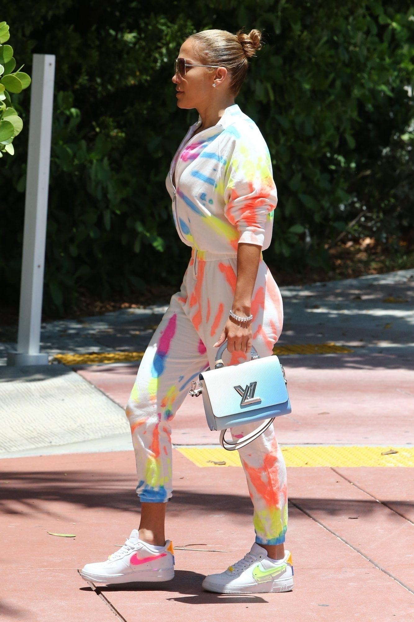 Jennifer Lopez, look del dia, set deportivo, estampado tie-dye