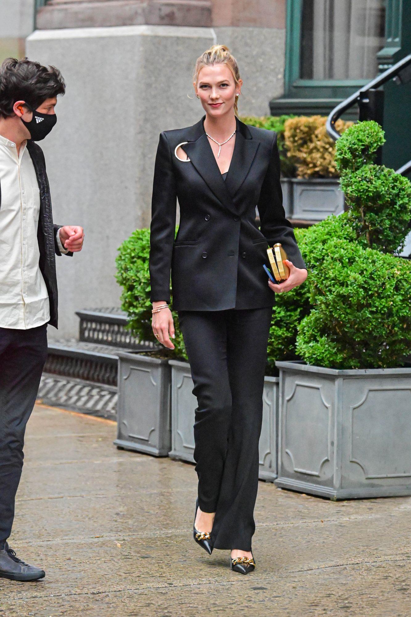 Karlie Kloss, traje de pantalon y chaqueta