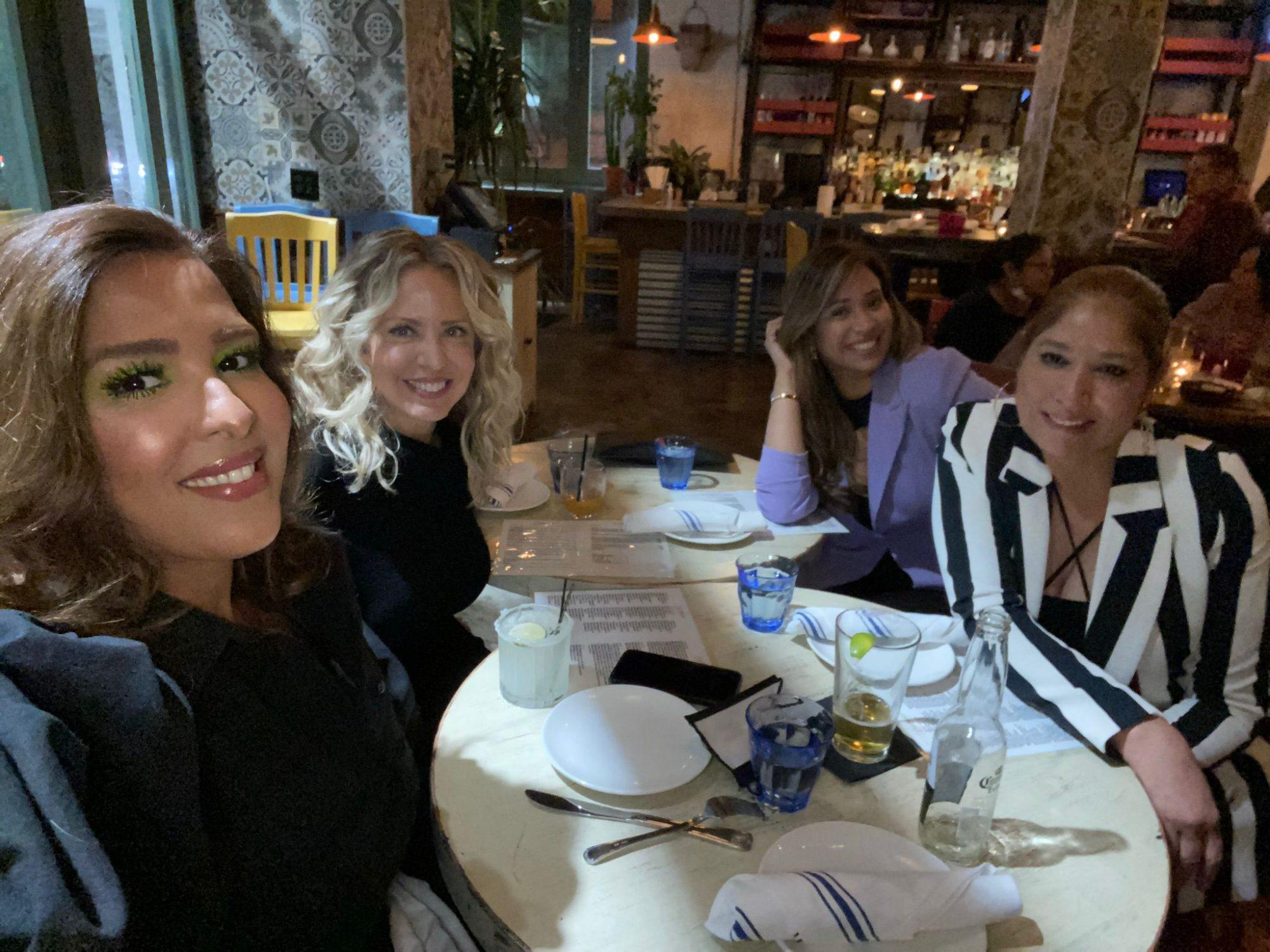 Momento L'Oréal Yolaine cena con amigas
