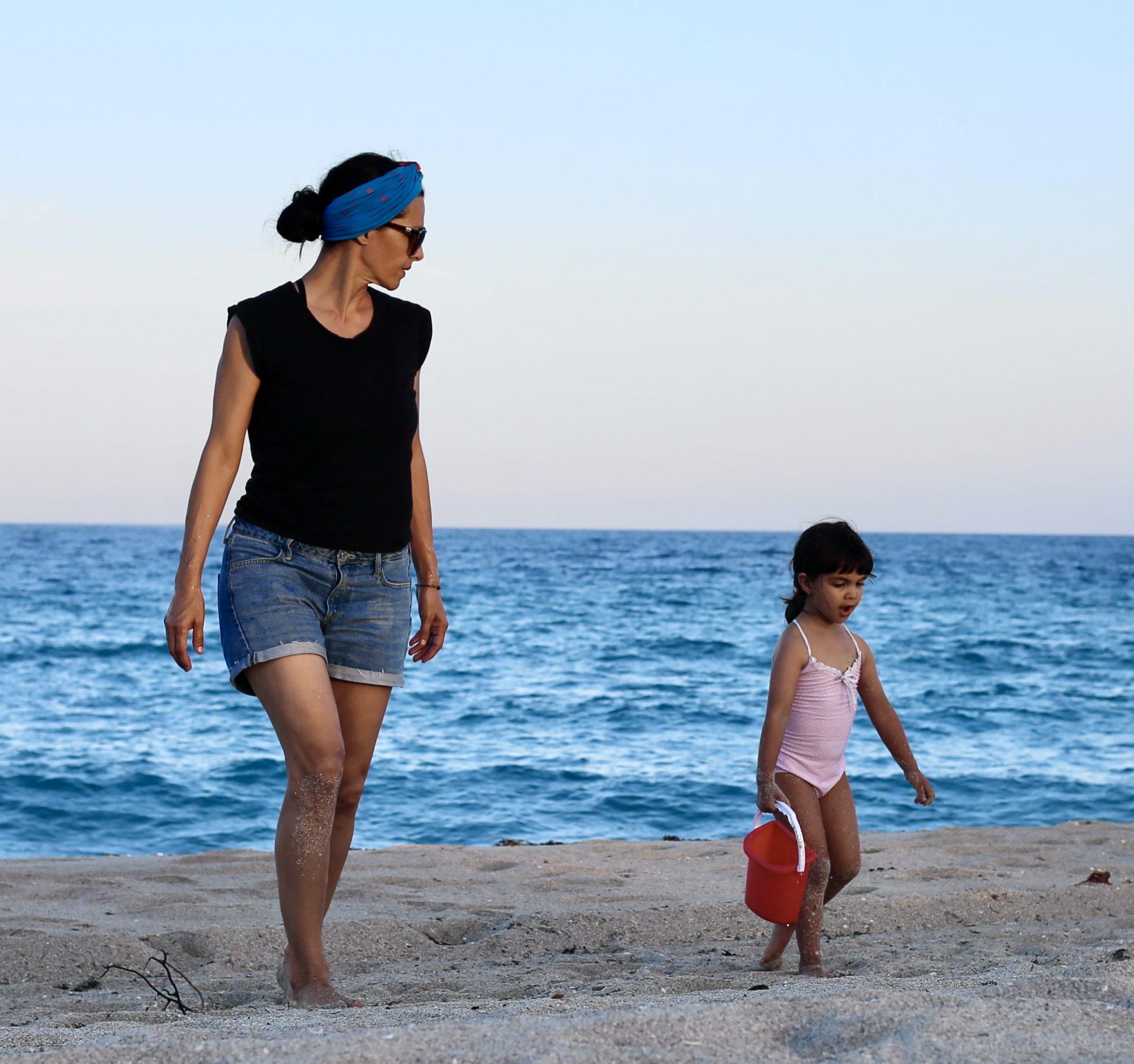 Candela Ferro y su hija Oleta en la playa