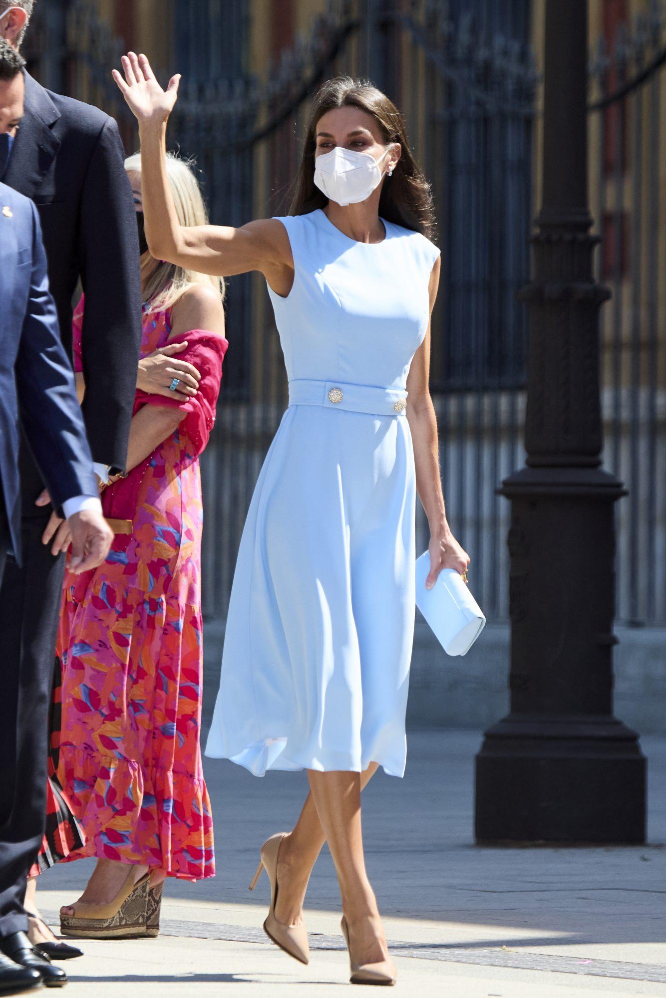 Reina Letizia, look del dia, vestido azul pastel
