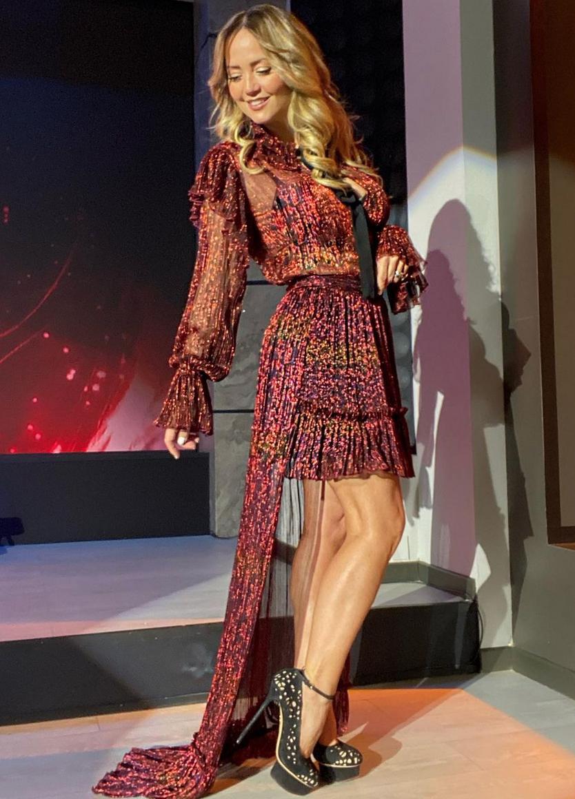Andrea Legarreta, look del dia, piernas definidas, programa Hoy, vestido de flecos