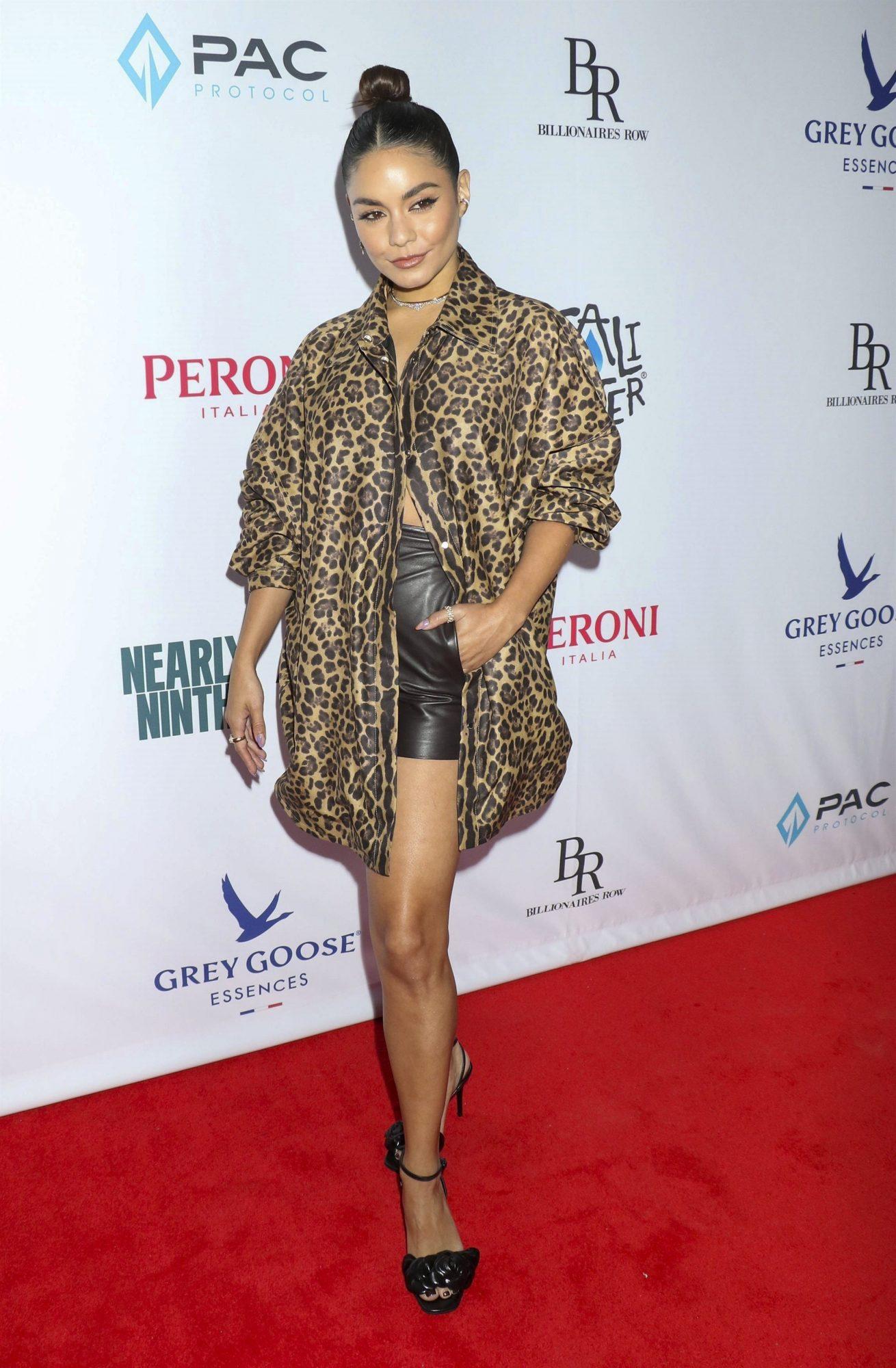Vanessa Hudgens, look del dia, pantalon corto de cuero, blusa con estampado animal