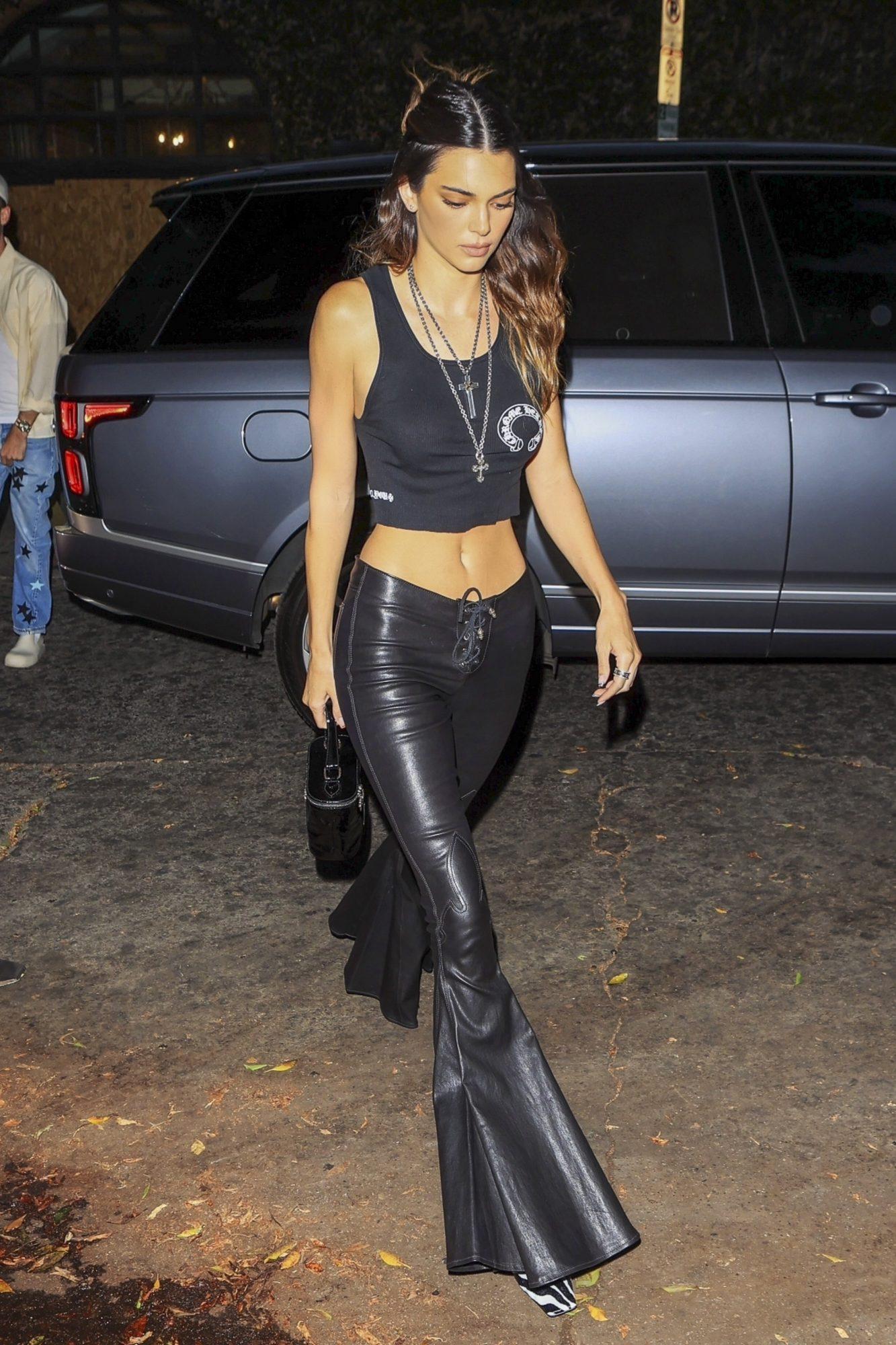 Kendall Jenner, look del dia, pantalón acampanado