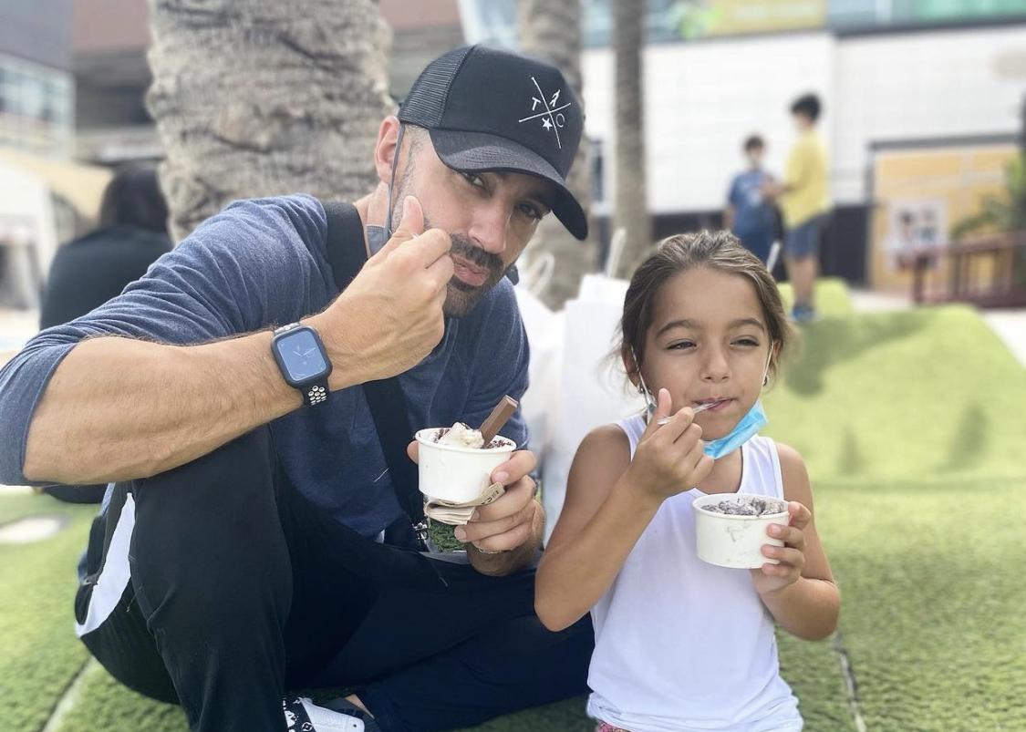 Toni Costa Alaïa comiendo helado Valencia