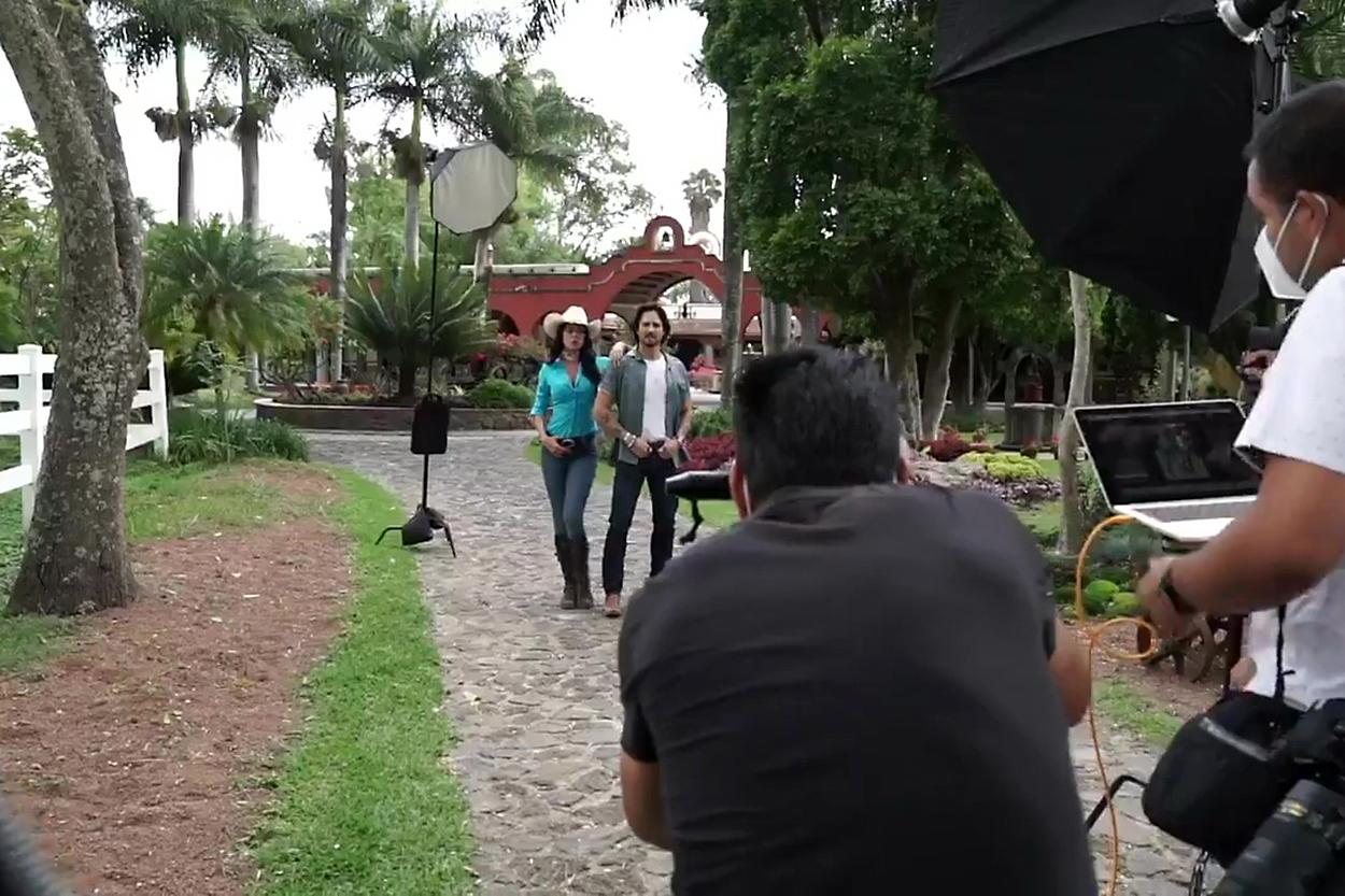 """Livia Brito y José Ron graban una escena la telenovela """"La Desalmada"""", producción de José Alberto """"El Güero"""" Castro"""