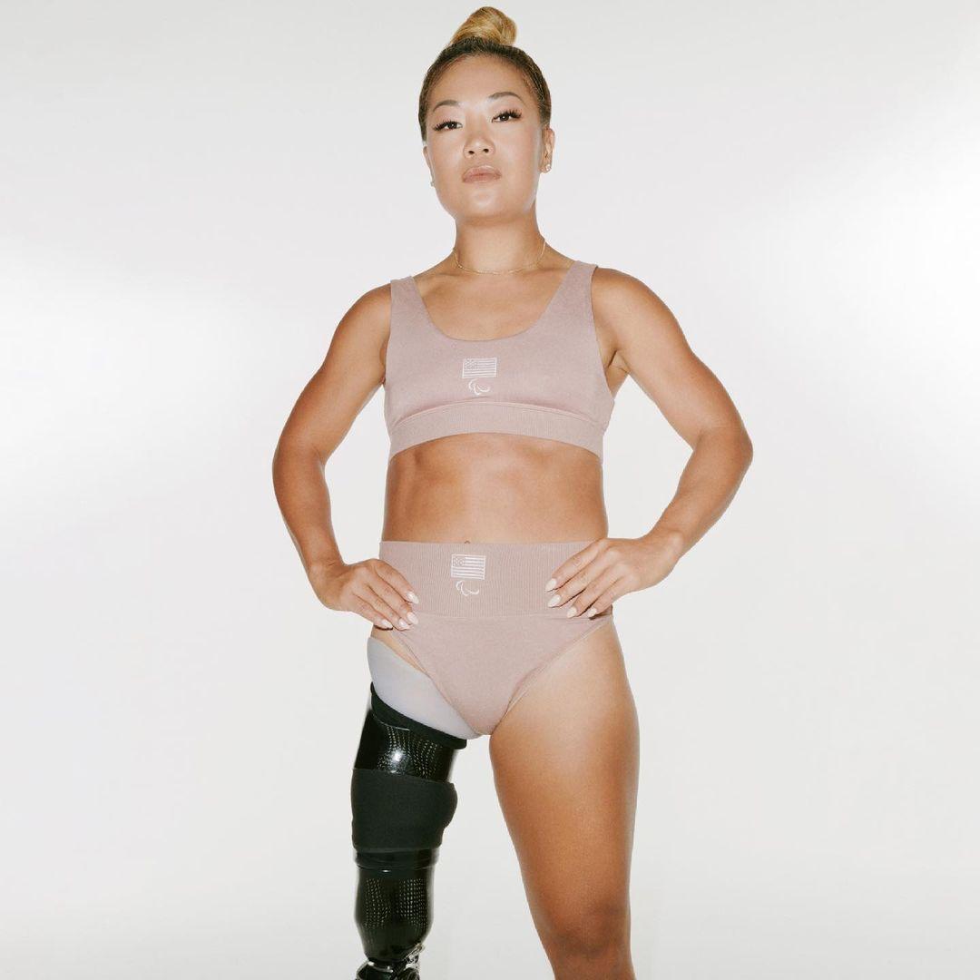 Atleta paraolímpica Scout Bassett con la línea Skim de Kim Kardashian