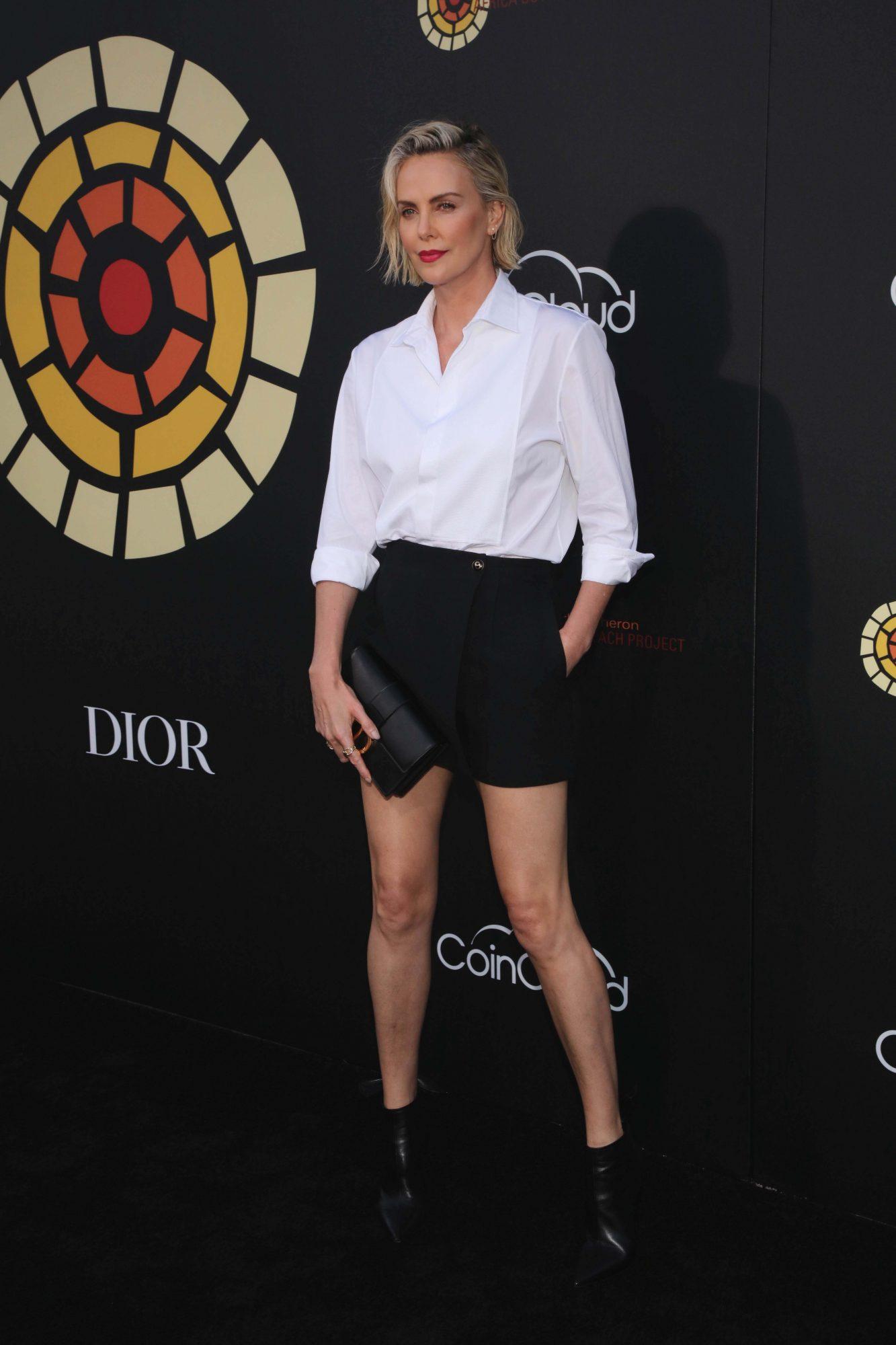 Charlize Theron, look del dia, pantalon corto y camisa blanca