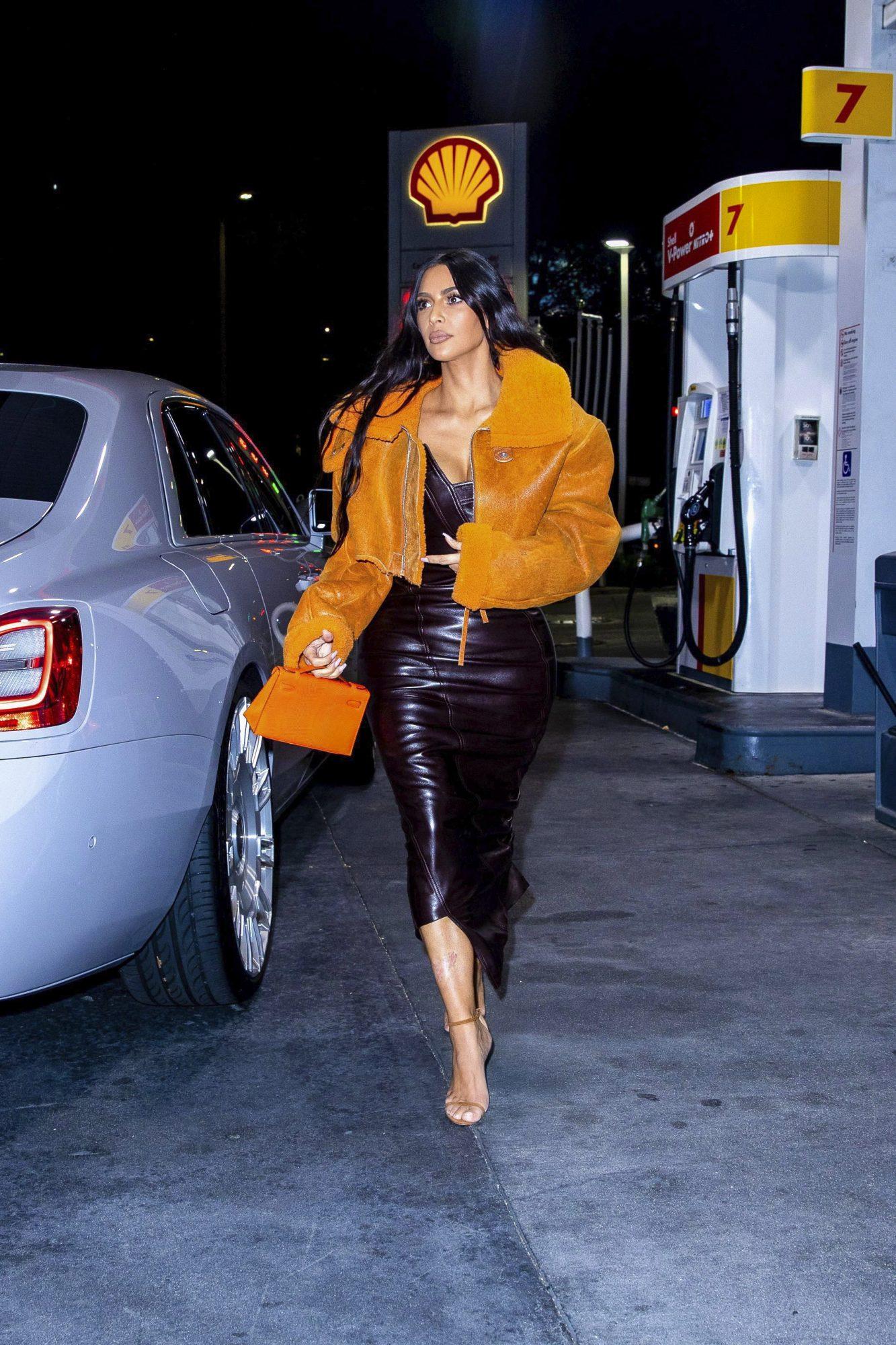 Kim Kardashian, look del dia, falda de cuero, jacket amarillo