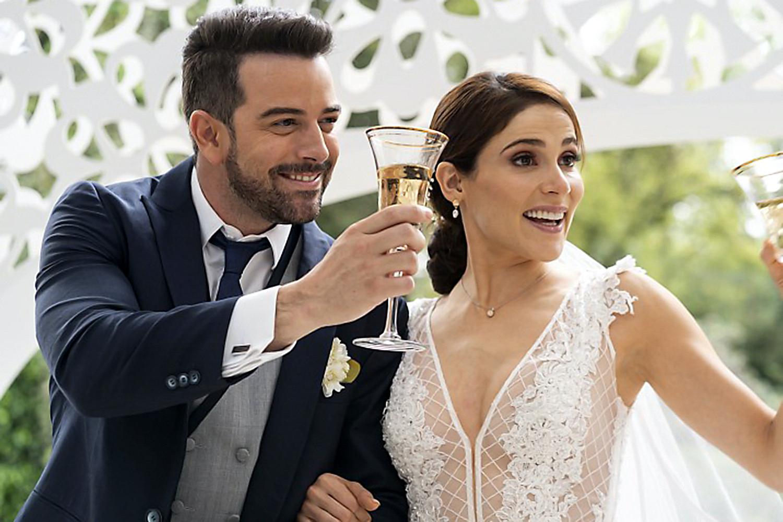 """Mane de la Parra y Eva Cedeño graban la escena de la boda de la telenovela """"¿Qué Le Pasa A Mi Familia?"""" melodrama que se transmite por Las Estrellas en México y muy pronto por Univision en Estados Unidos"""