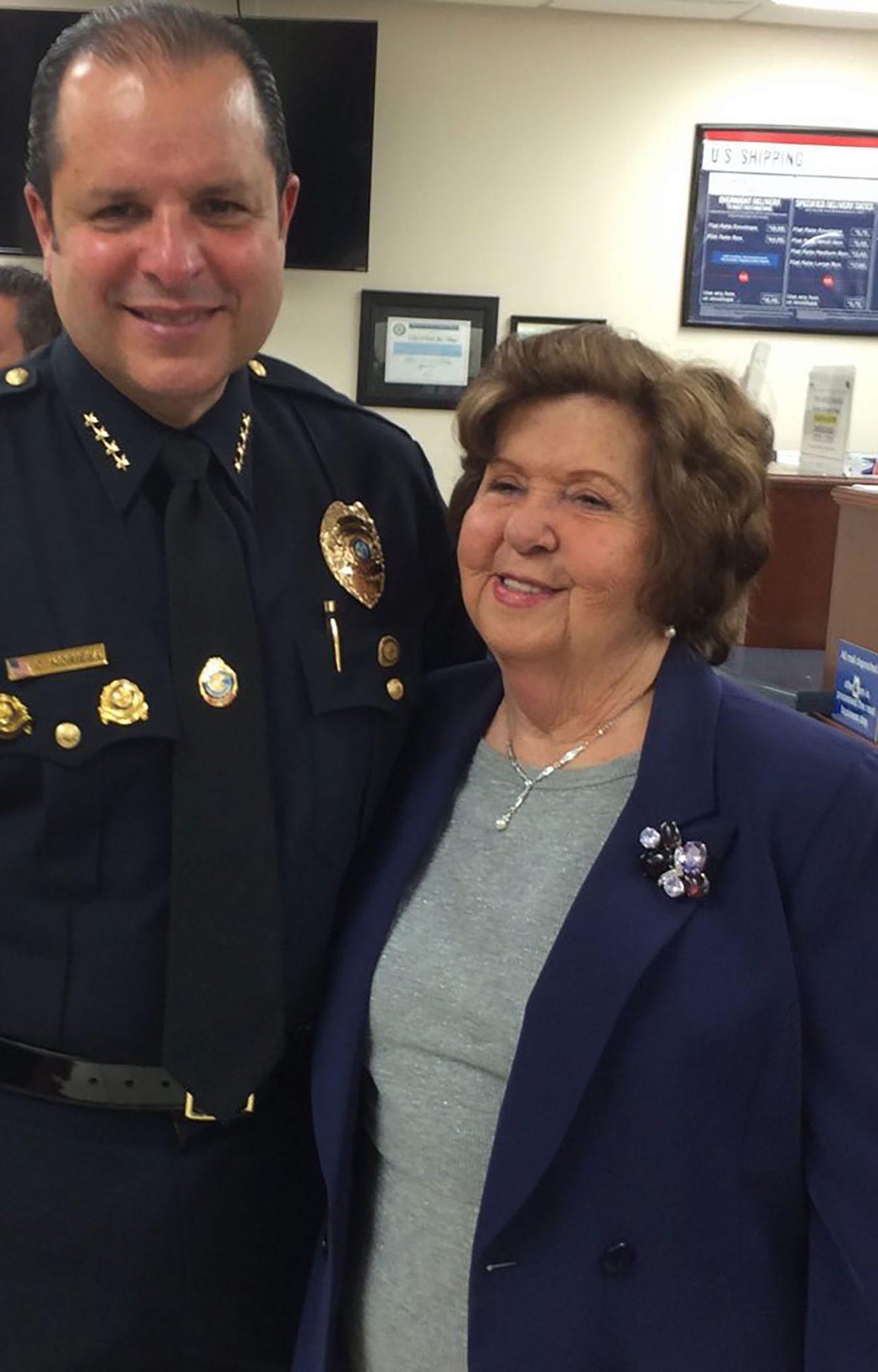 Capitan de policia de miami Carlos Noriega con su madre Hilda Noriega