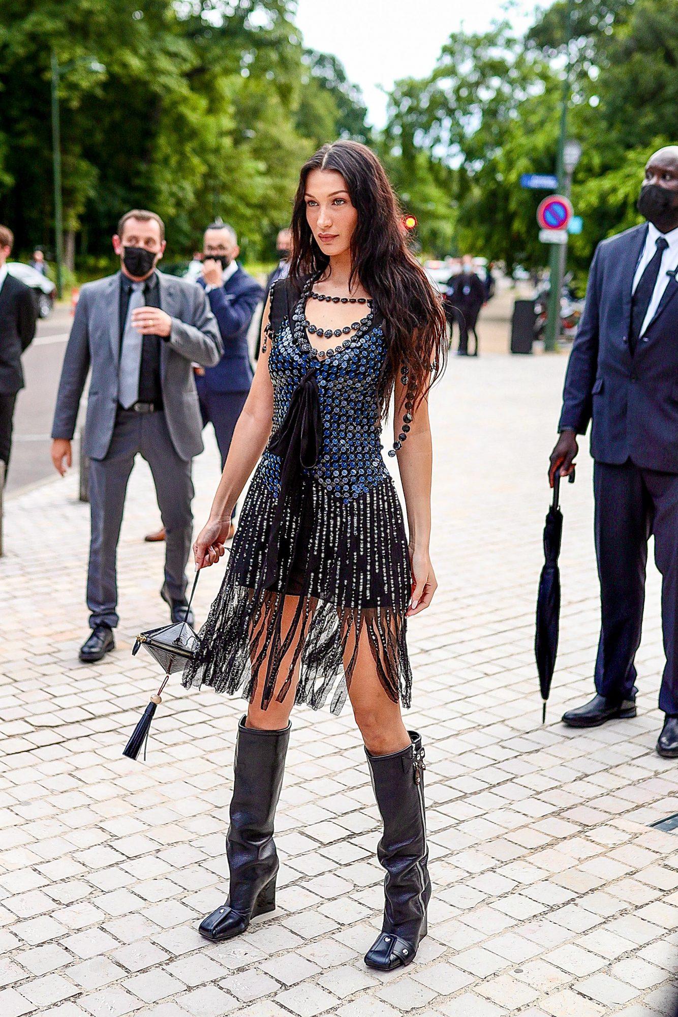 Bella Hadid, paris, vestido con flecos, Louis Vuitton