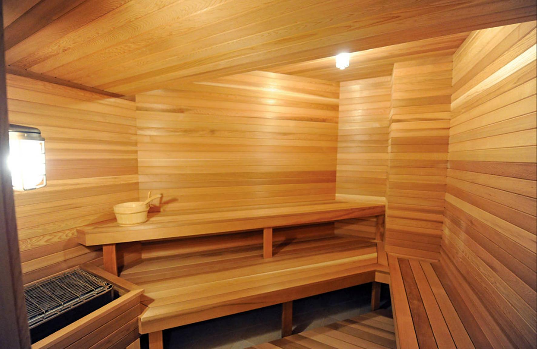 JENNIFER LOPEZ sauna en su mansión de Los Hamptons