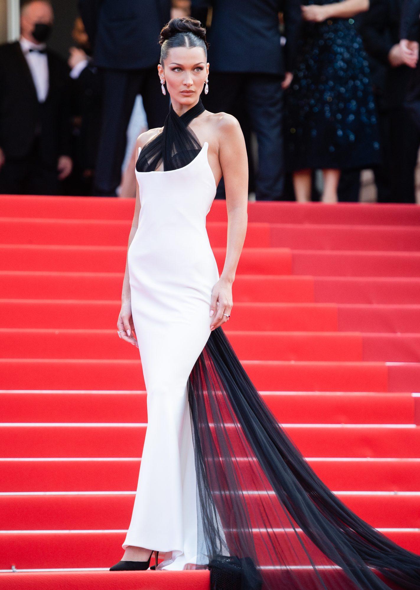 Bella Hadid, vestido blanco y negro en Cannes