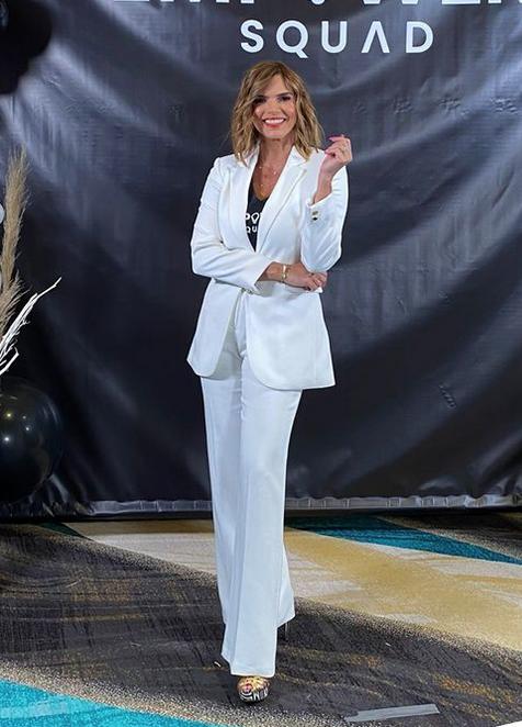 Rashel Diaz, conjunto blanco de pantalón y chaqueta, Las Vegas