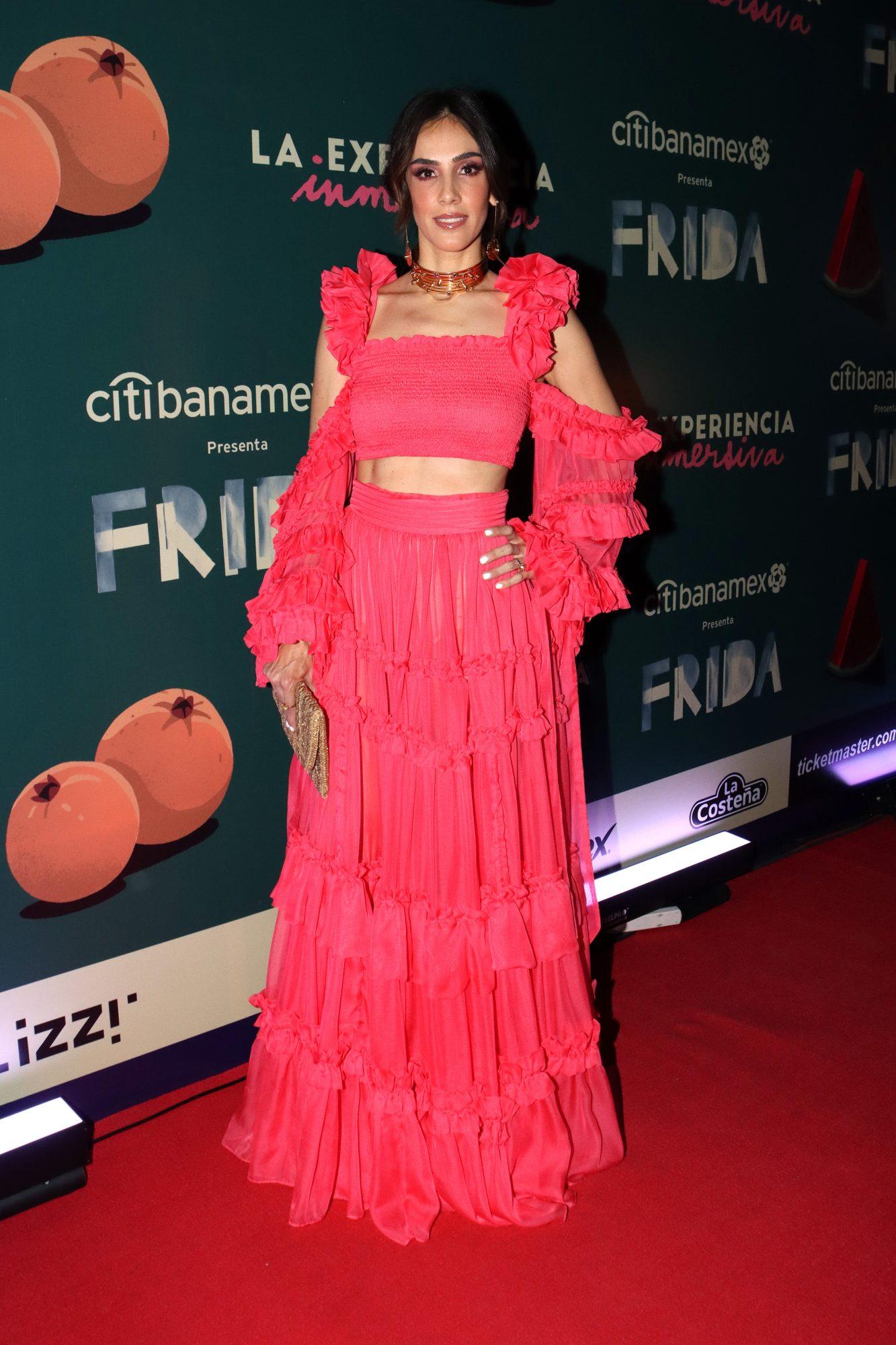 Sandra Echeverria, conjunto rojo, Frida