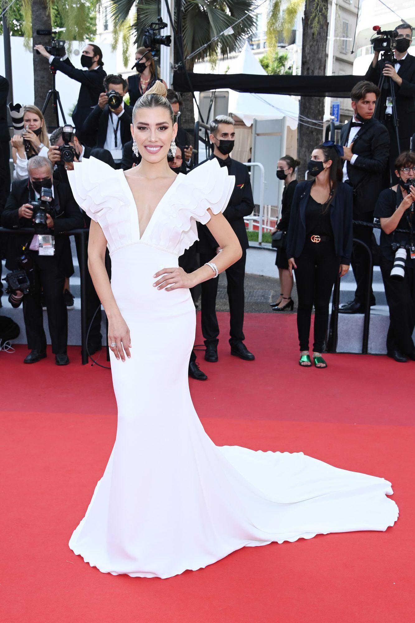 Michelle Salas en Cannes, vestido blanco