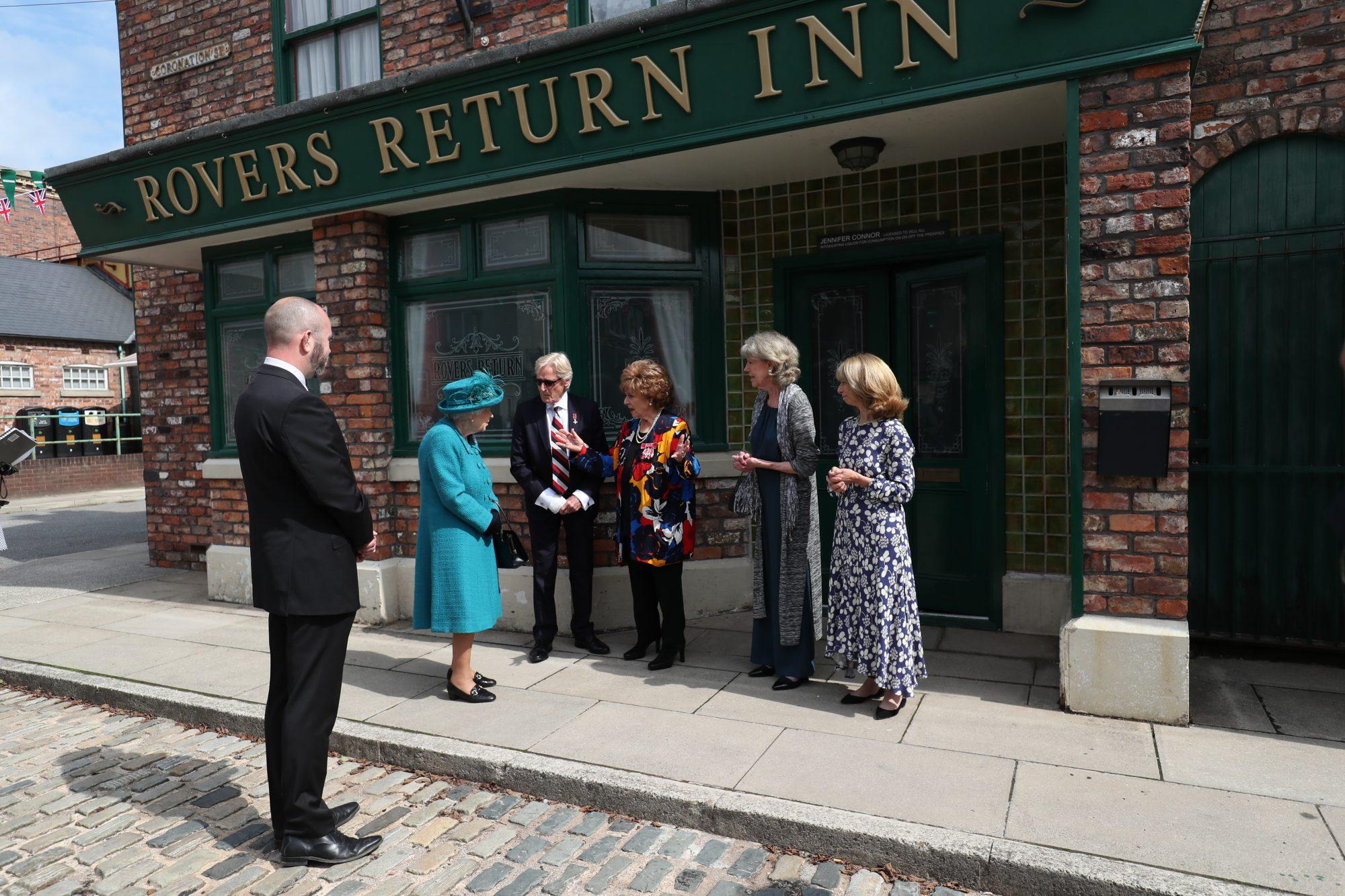 la reina visita el set de la telenovela Coronation Street