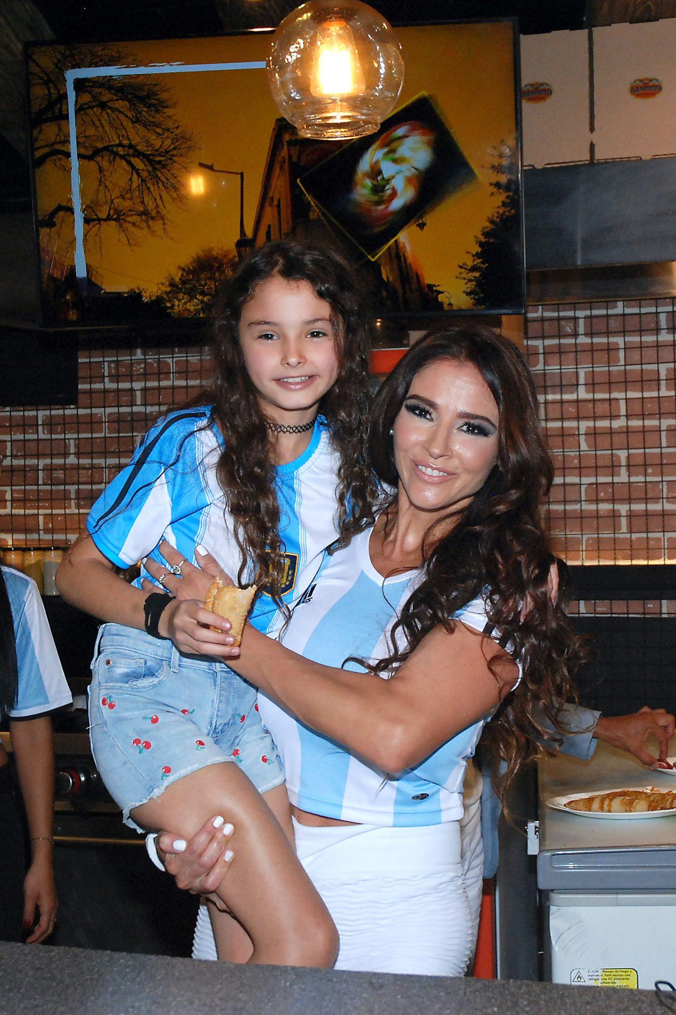 Dorismar se acompaña de su hija Renata, de 10 años, durante la inauguración este viernes de su nuevo restaurante de empanadas argentinas en la Ciudad de México