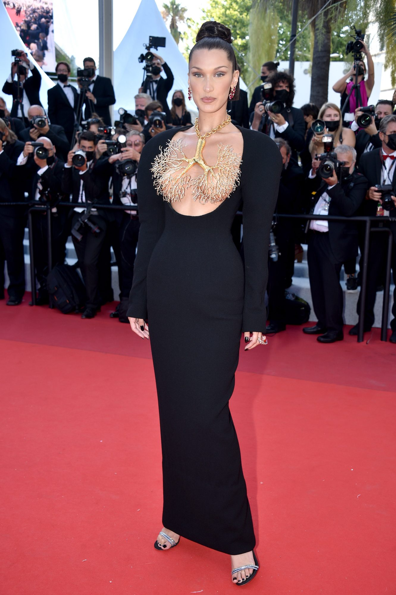 Bella Hadid en Cannes, Vestido negro