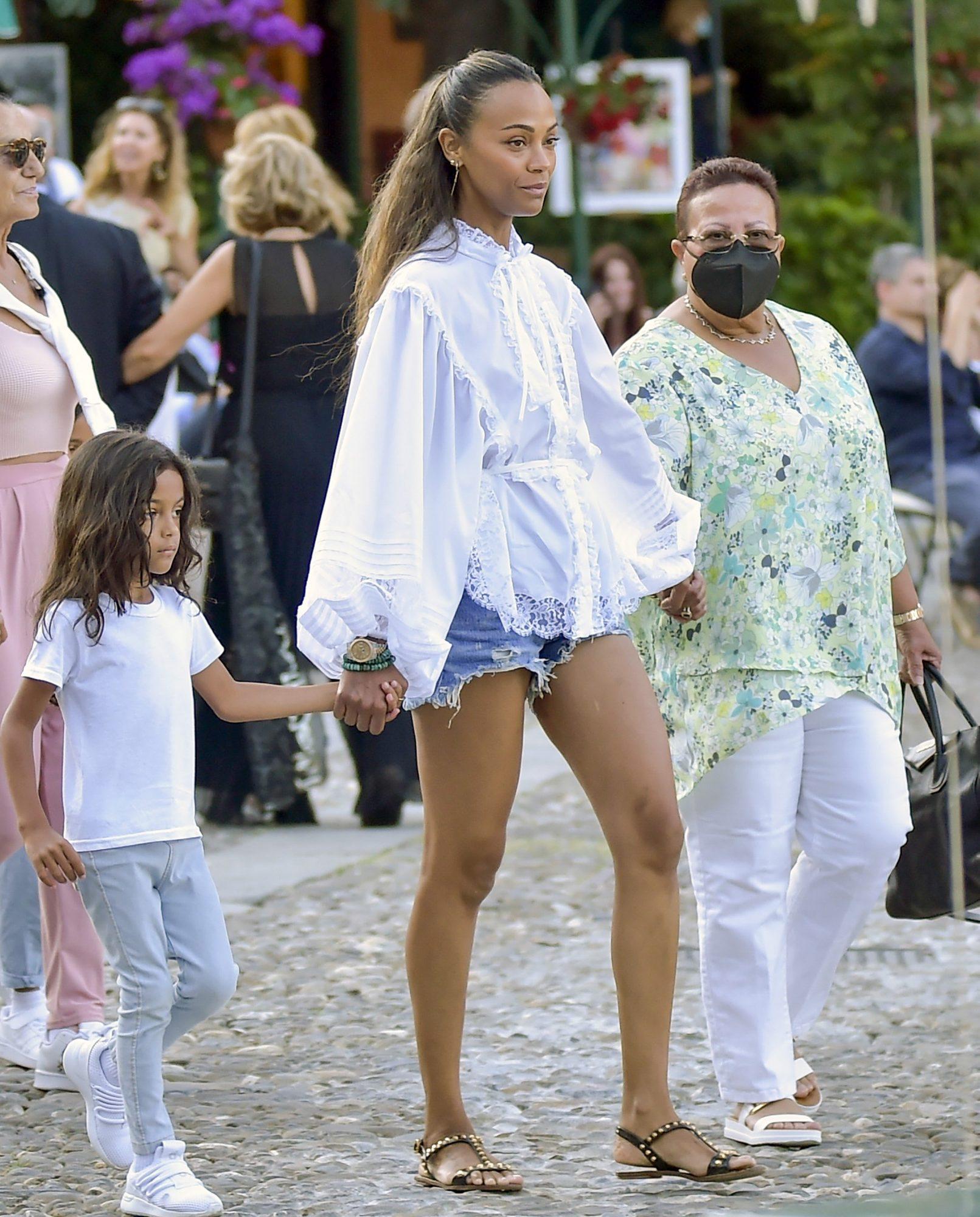 Zoe Saldana, look del dia, vacaciones, pantalon corto, blusa blanca