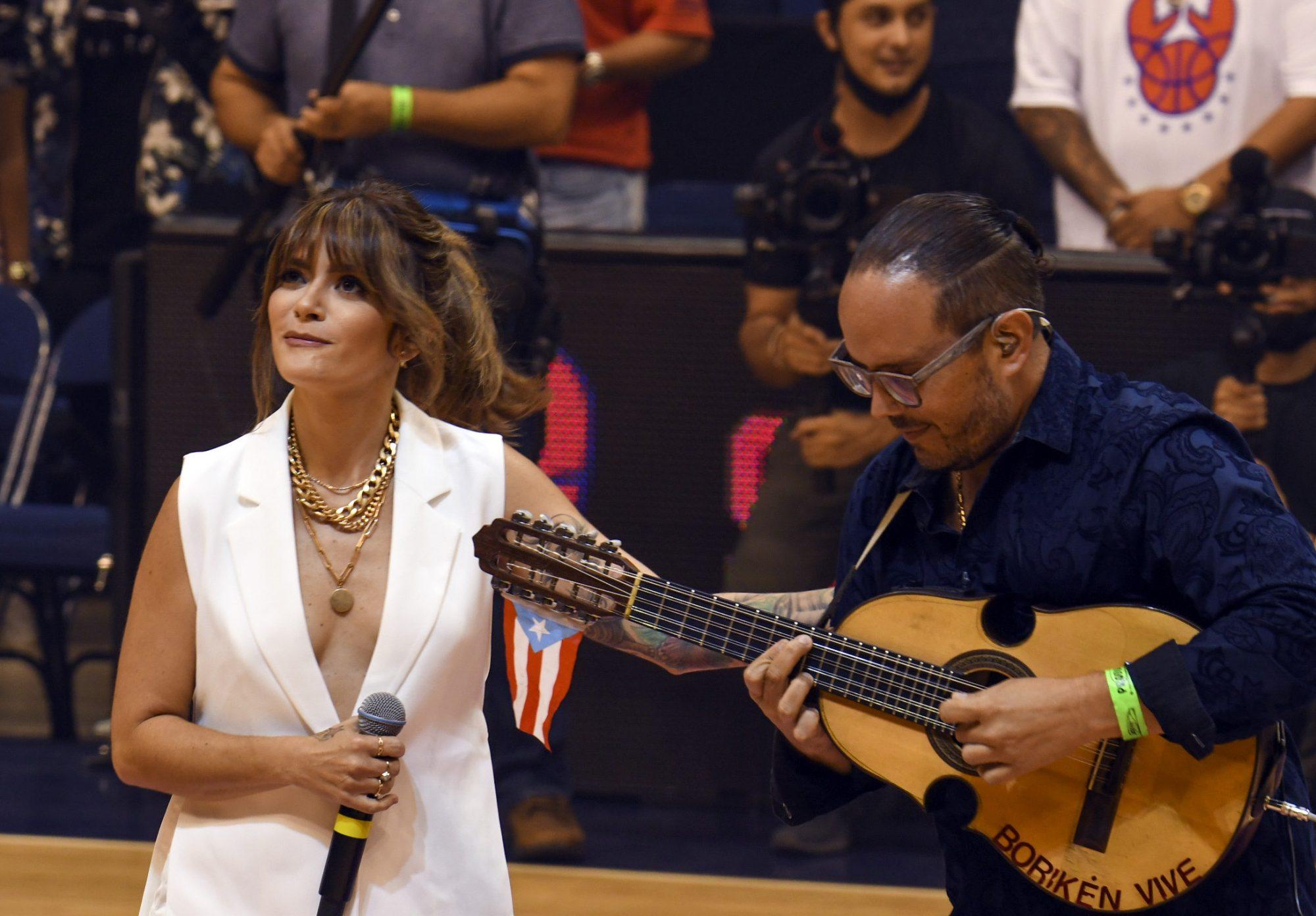 Kany Garcia canta himno de Puerto Rico en un revelador conjunto blanco para un partido de basketball
