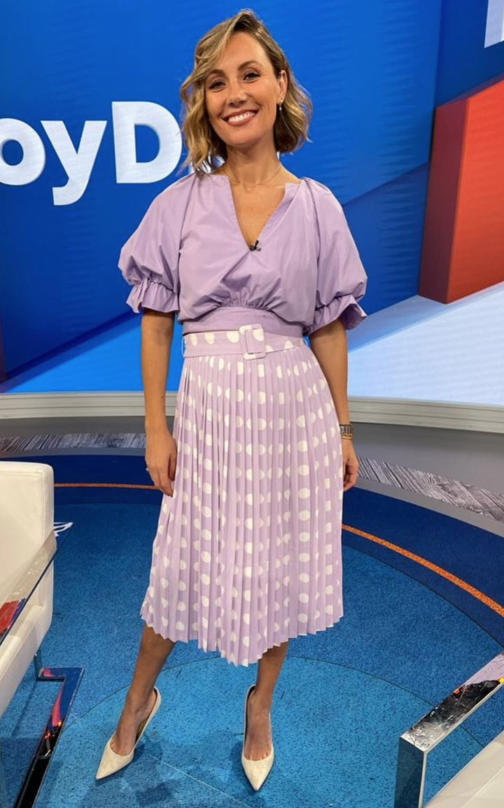 Rebeka Smyth, falda lila plisada