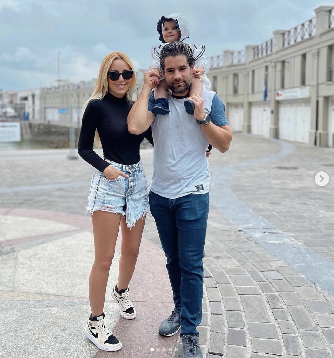 Shanik Aspe con su hija Carlotta y su maridio Mauricio