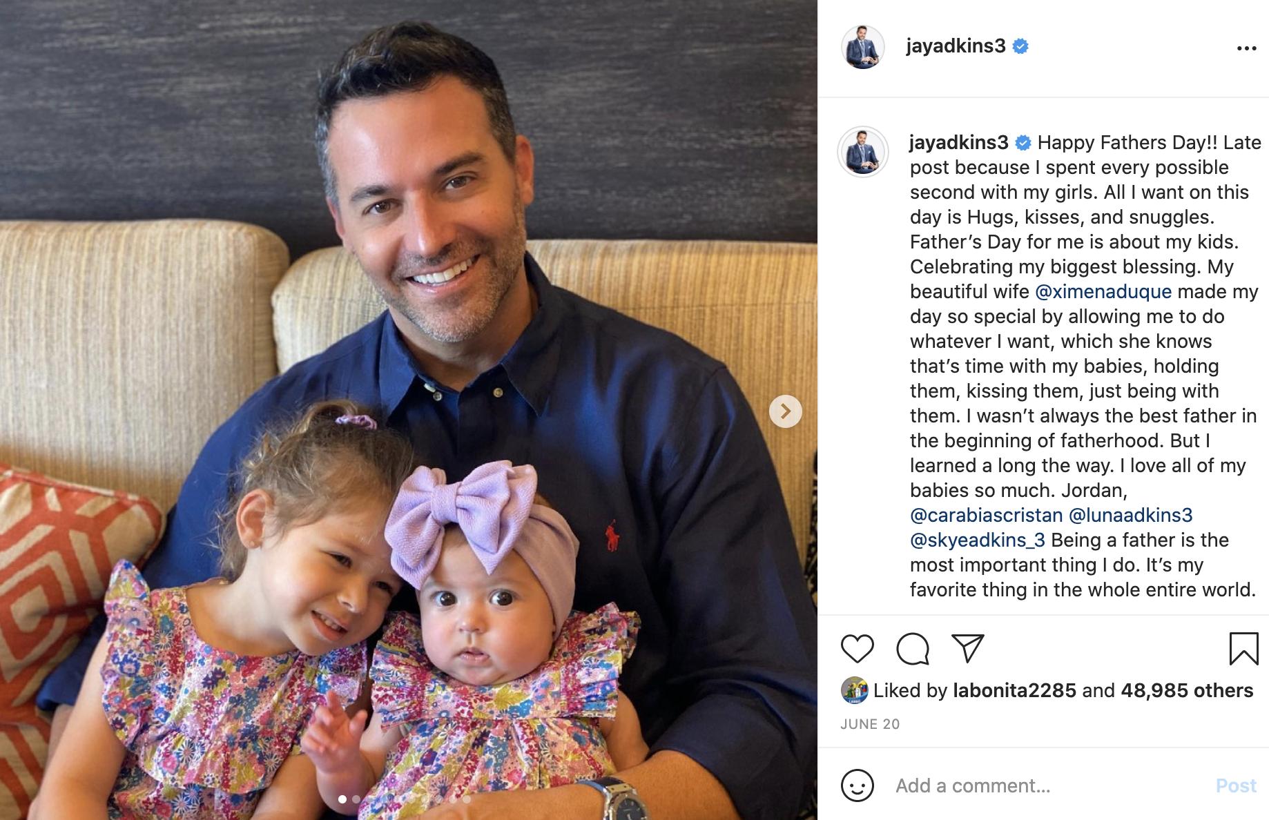 Jay Adkins con sus hijas Luna y Skye