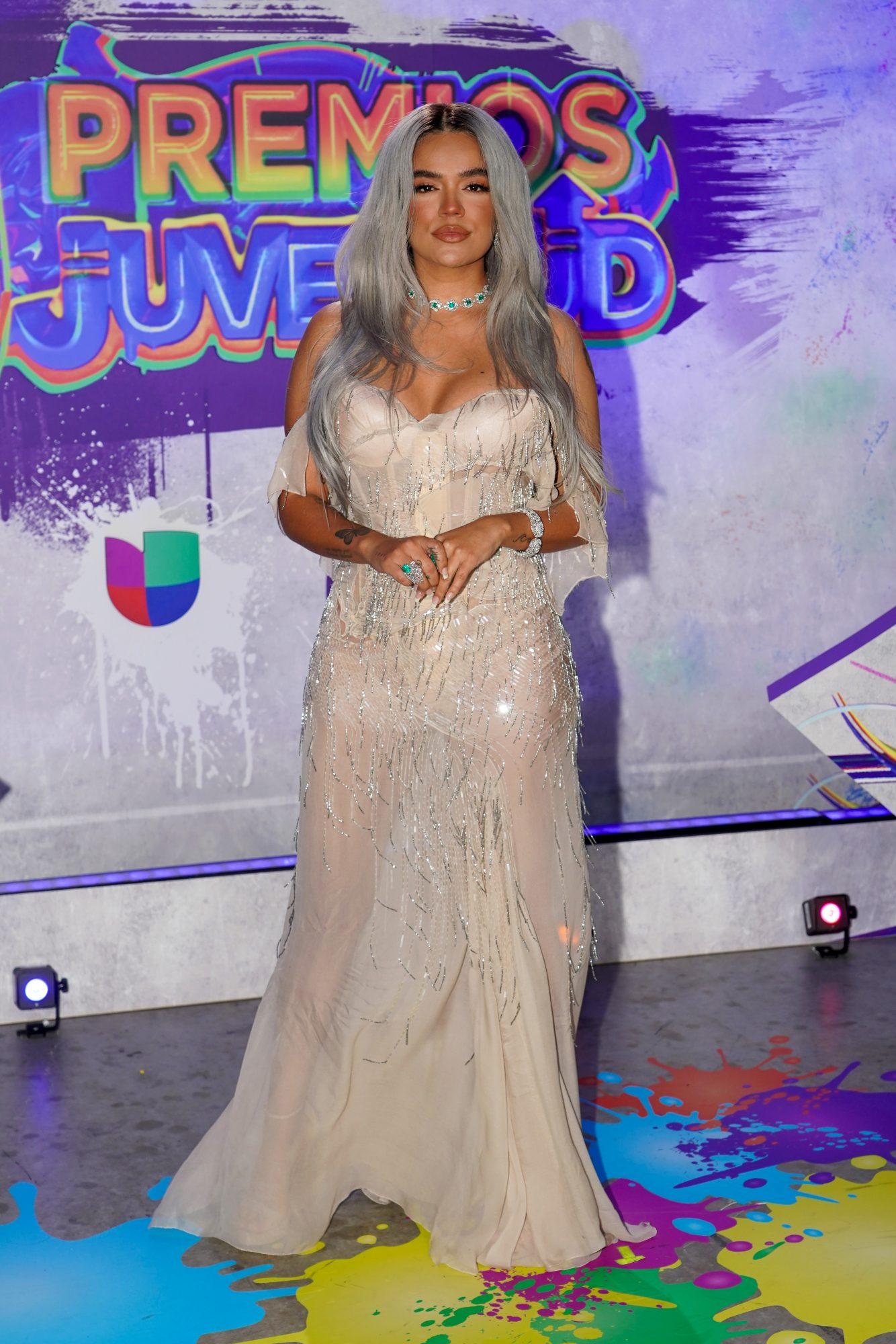 La cantante colombiana llamó la atención con este vestido crema con transparencias y pronunciado escote.