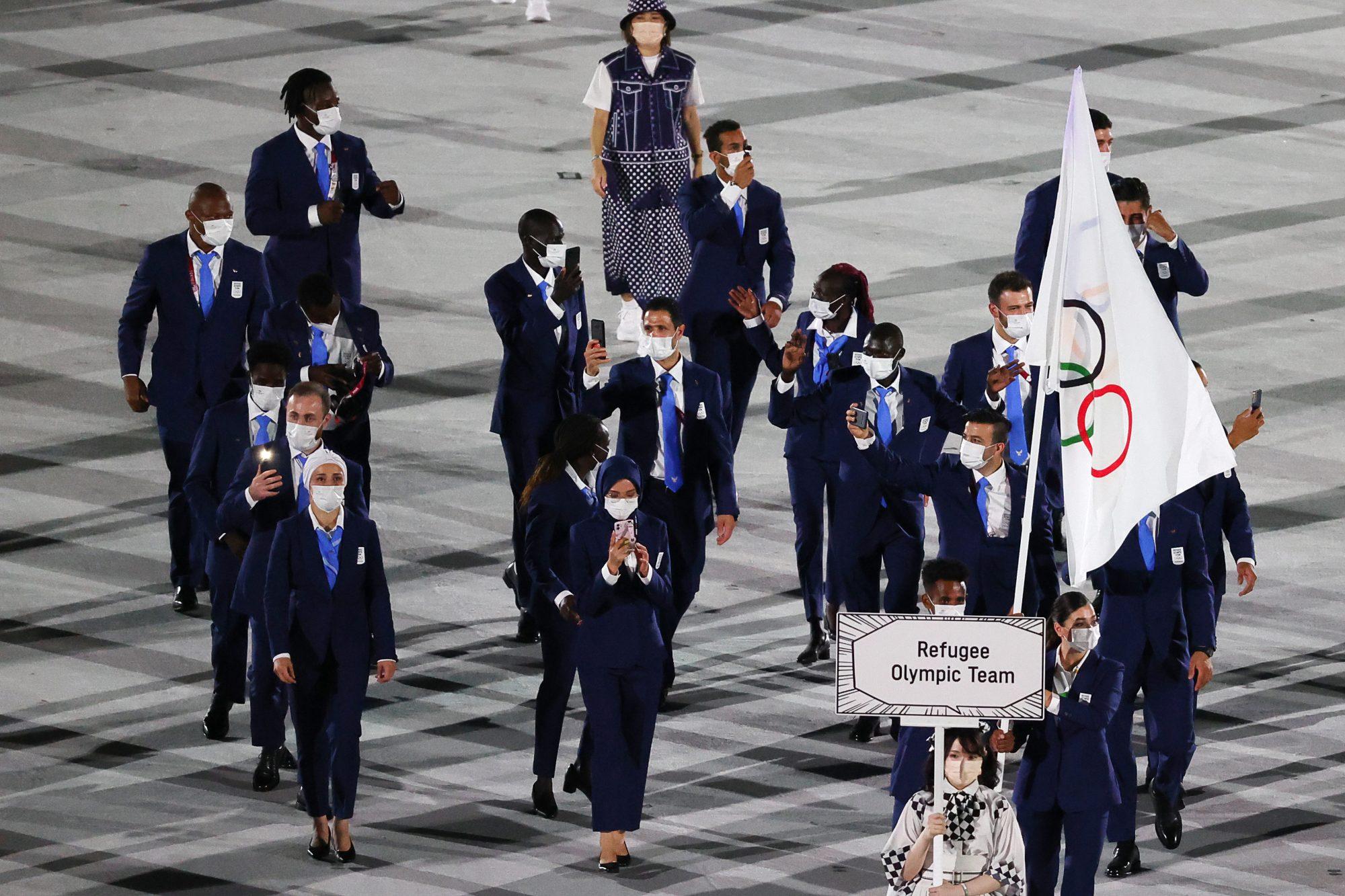 """""""Ustedes han tenido que dejar sus hogares por situaciones de violencia, hambre o simplemente porque son diferentes. Hoy, les damos la bienvenida con los brazos abiertos y les ofrecemos un hogar pacífico. Bienvenidos a nuestra comunidad olímpica"""", fueron las palabras que Thomas Bach, presidente del Comité Olímpico Internacional, regaló al equipo de refugiados que participa en las justas de Tokio."""