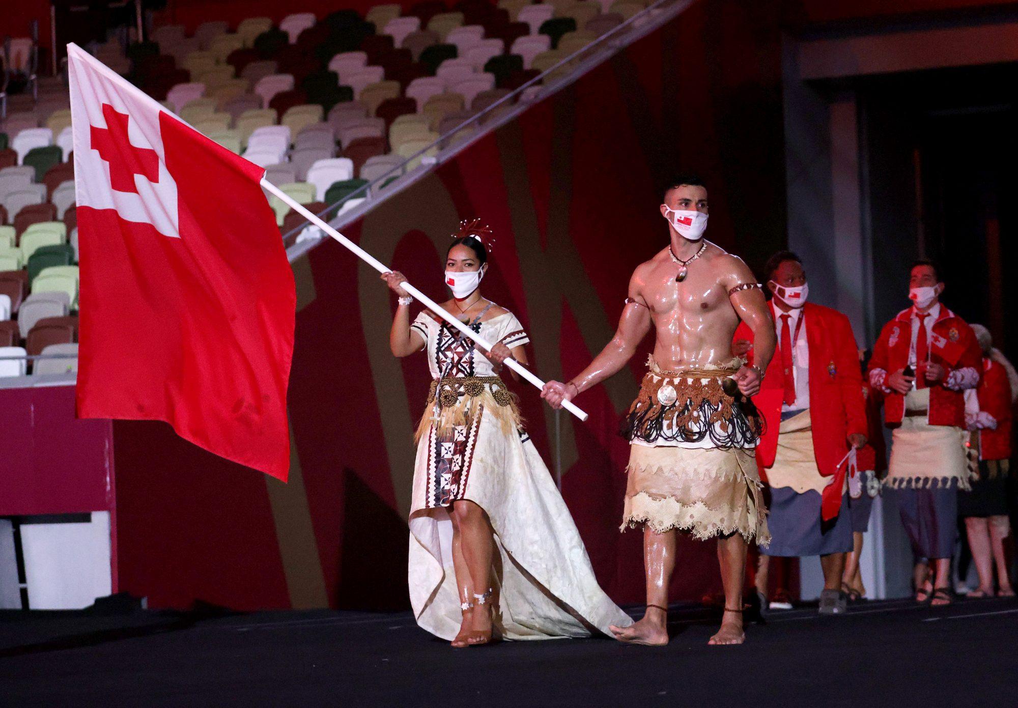 Así como lo hizo en Río 2016, Pita Taufatofua, taekwondista de Tongo, apareció en el desfile de naciones con su reluciente torso al descubierto —y de nuevo se robó las miradas del mundo.